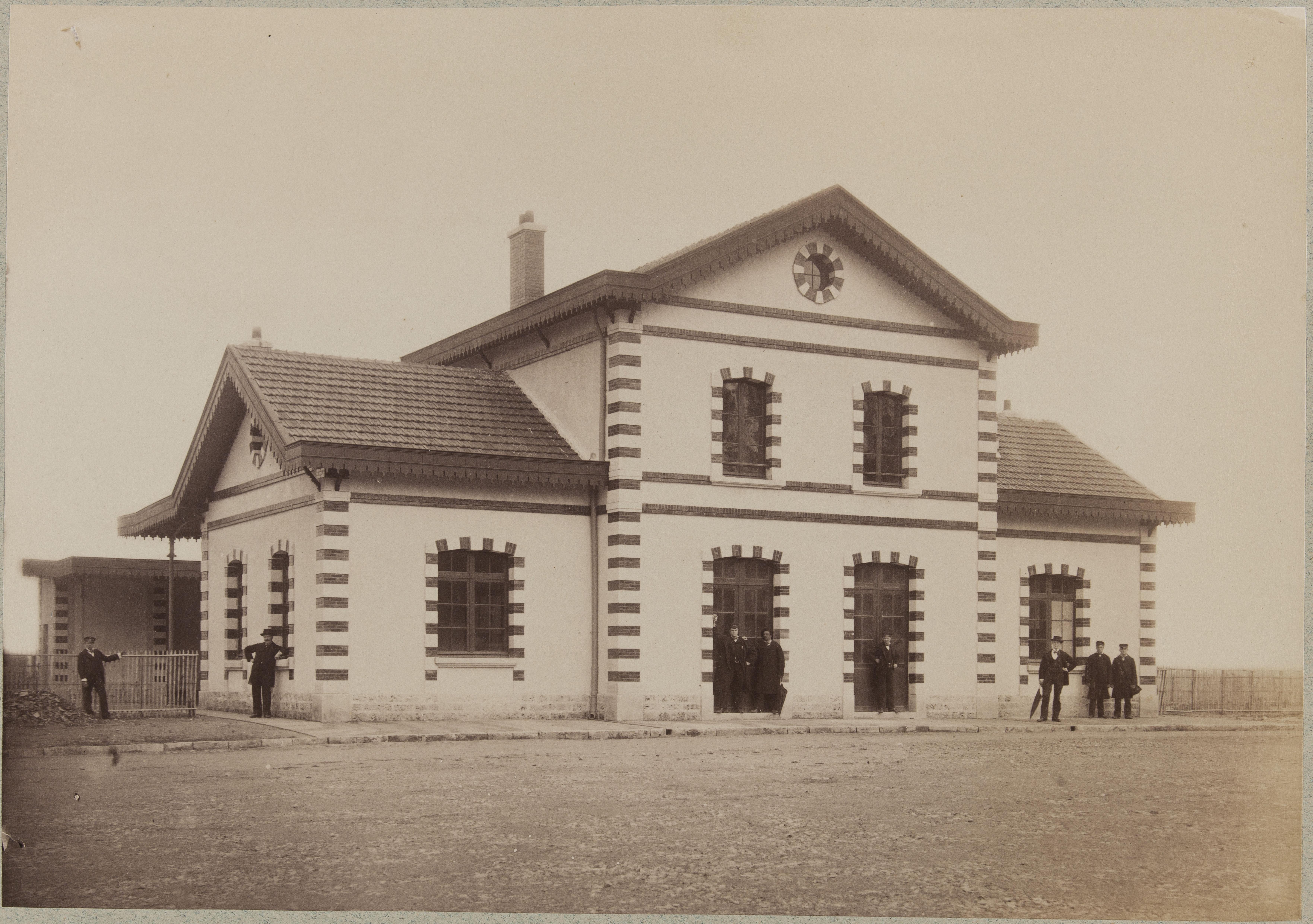 Вид на двор здания пассажирской станции Орли-Вильнёв-ле-Рой