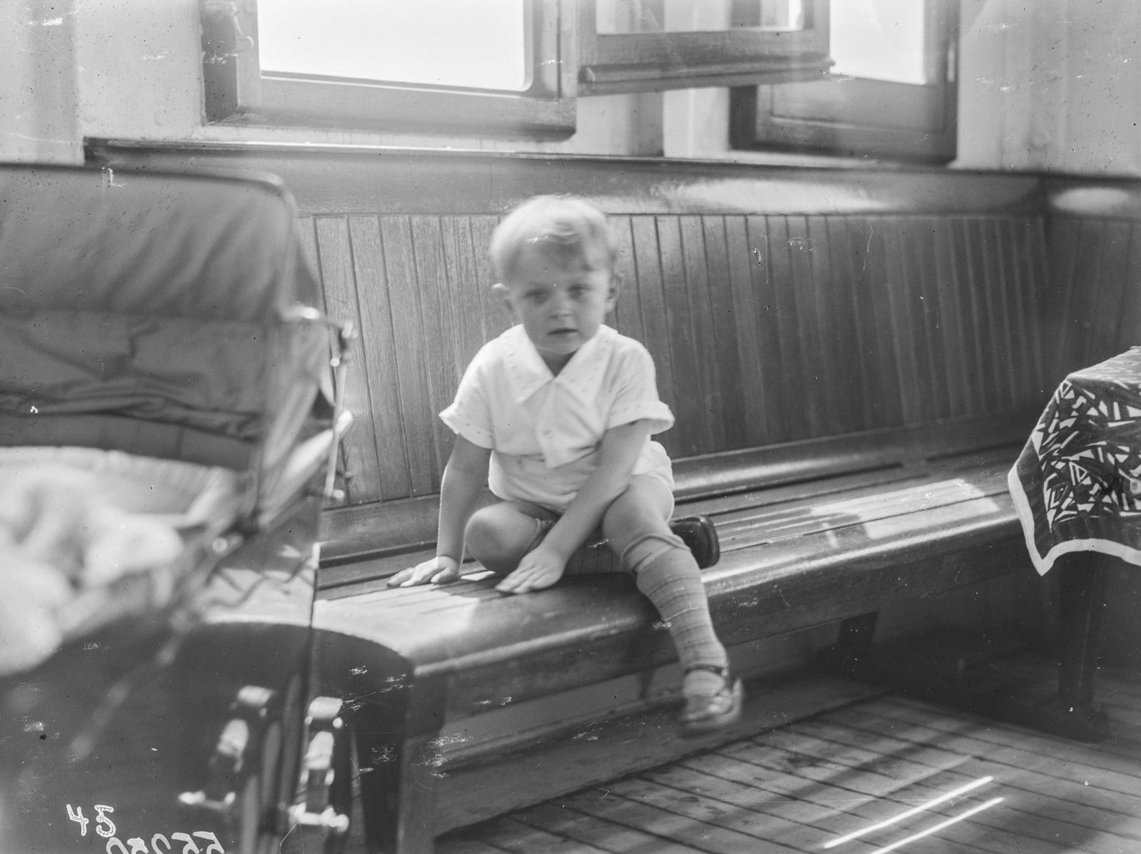 Портрет мальчика на скамейке. Пароход «Усамбара»