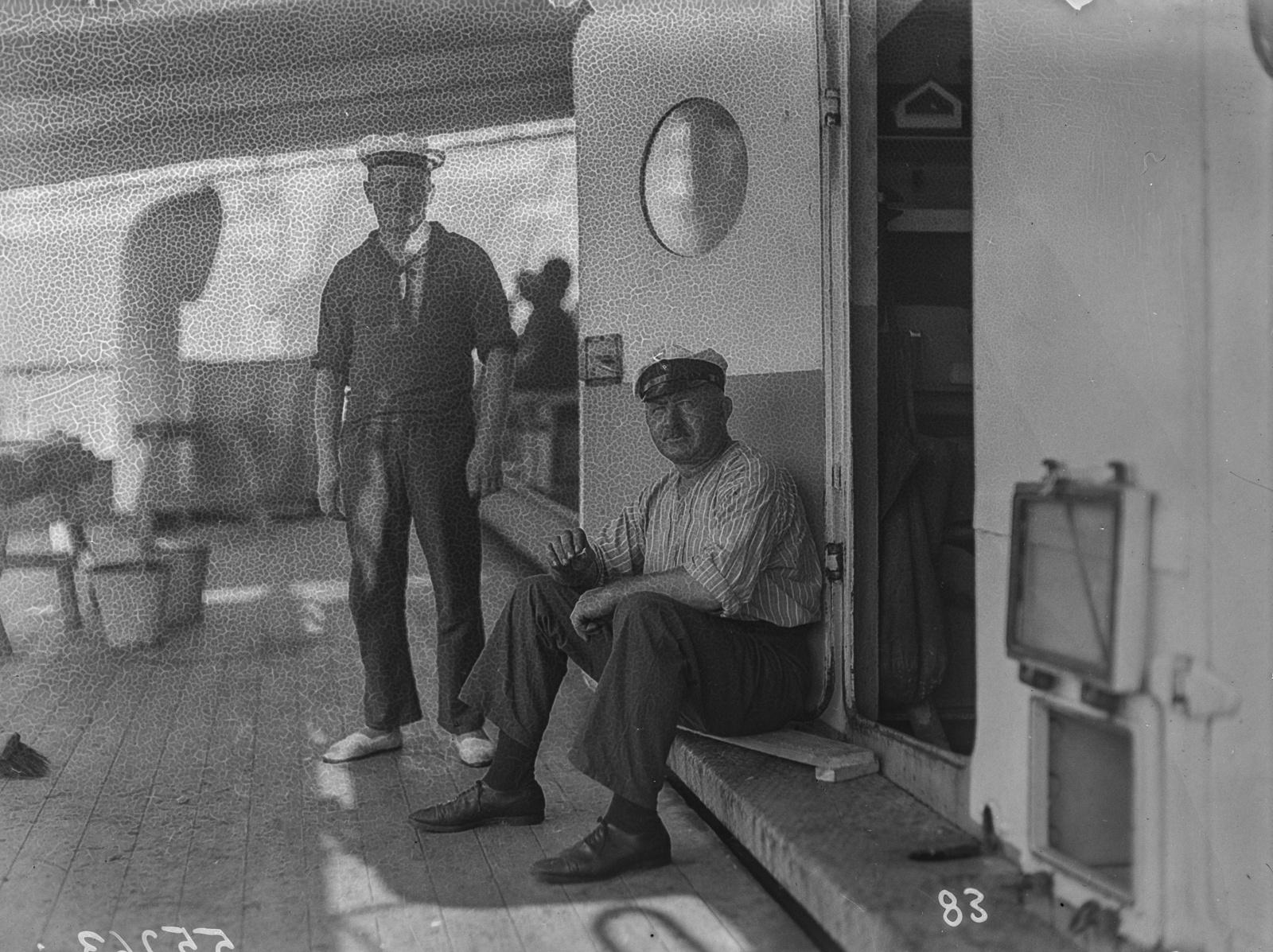 Портреты двух членов экипажа на палубе парохода «Усамбара»