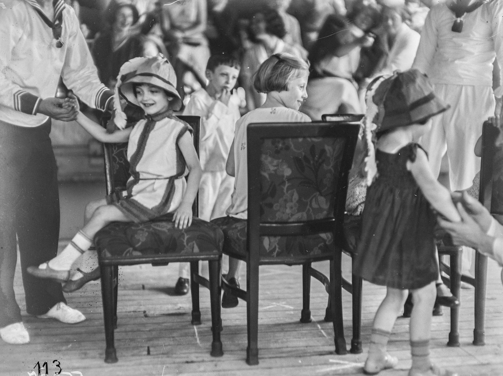 Детский праздник на палубе парохода «Усамбара». Дети играют в игру «Путешествие в Иерусалим»