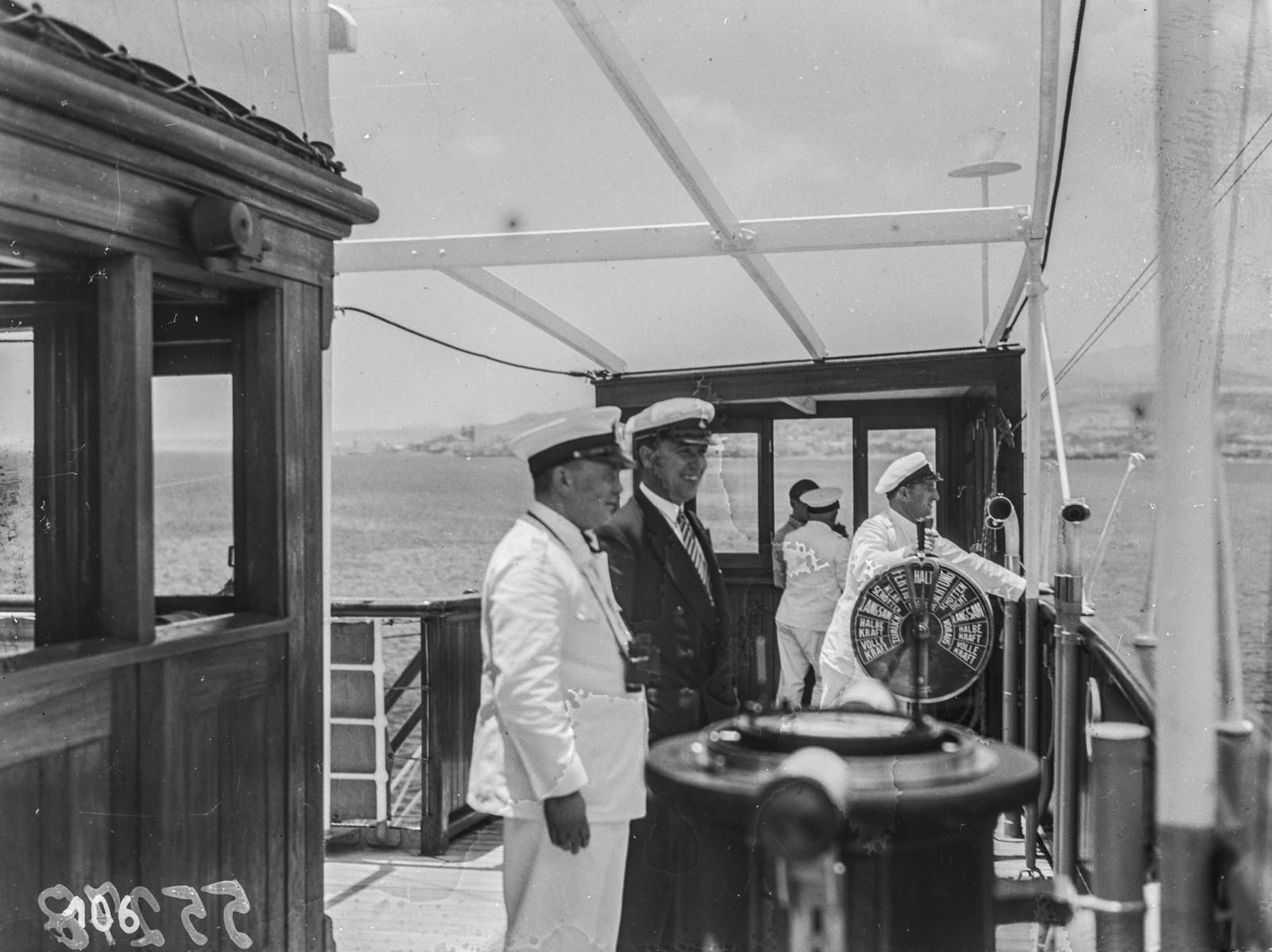 Капитан парохода «Усамбара» на капитанском мостике