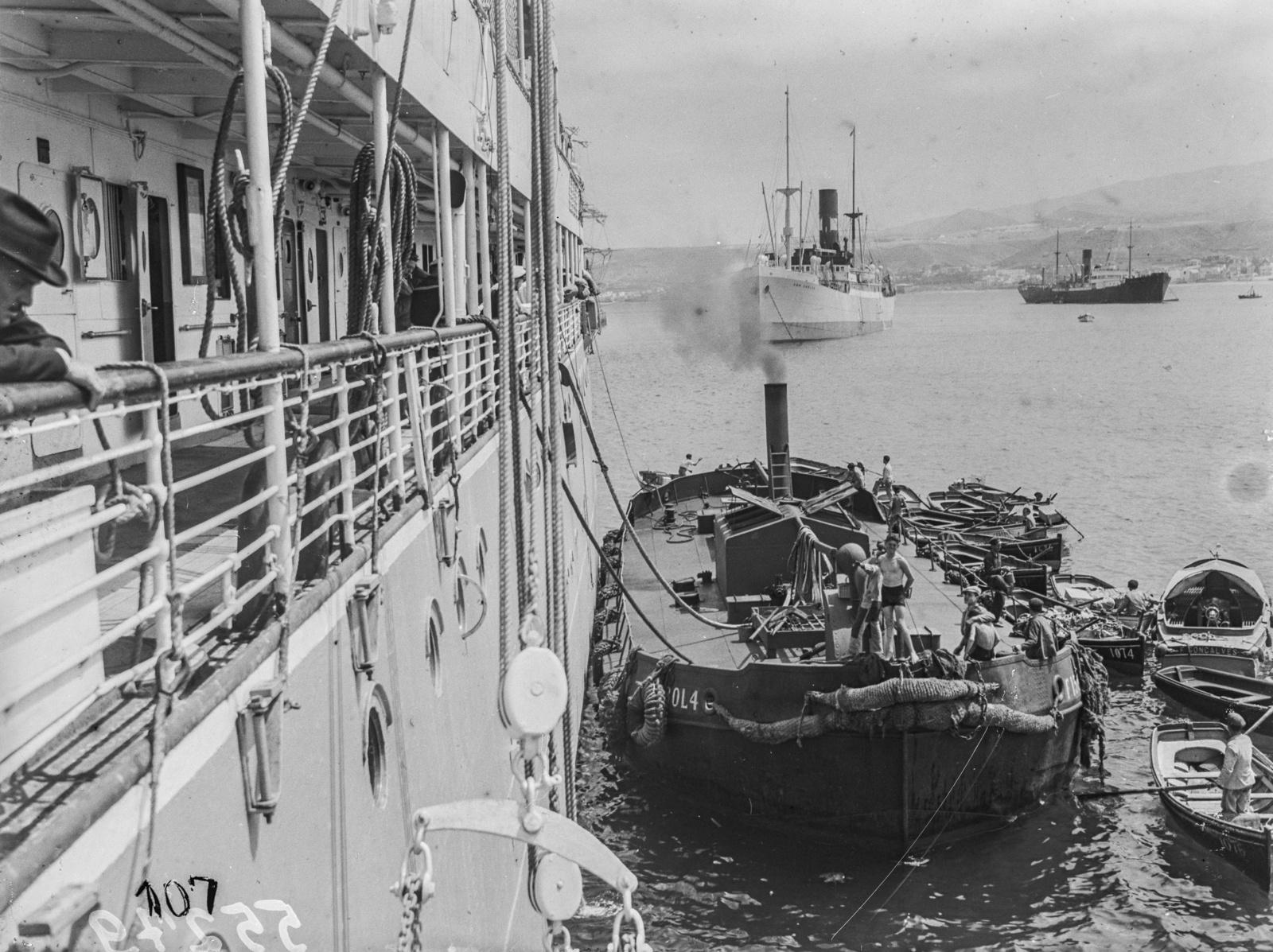 Канары. Лас-Пальмос. Вид с парохода «Усамбара» на танкер в порту