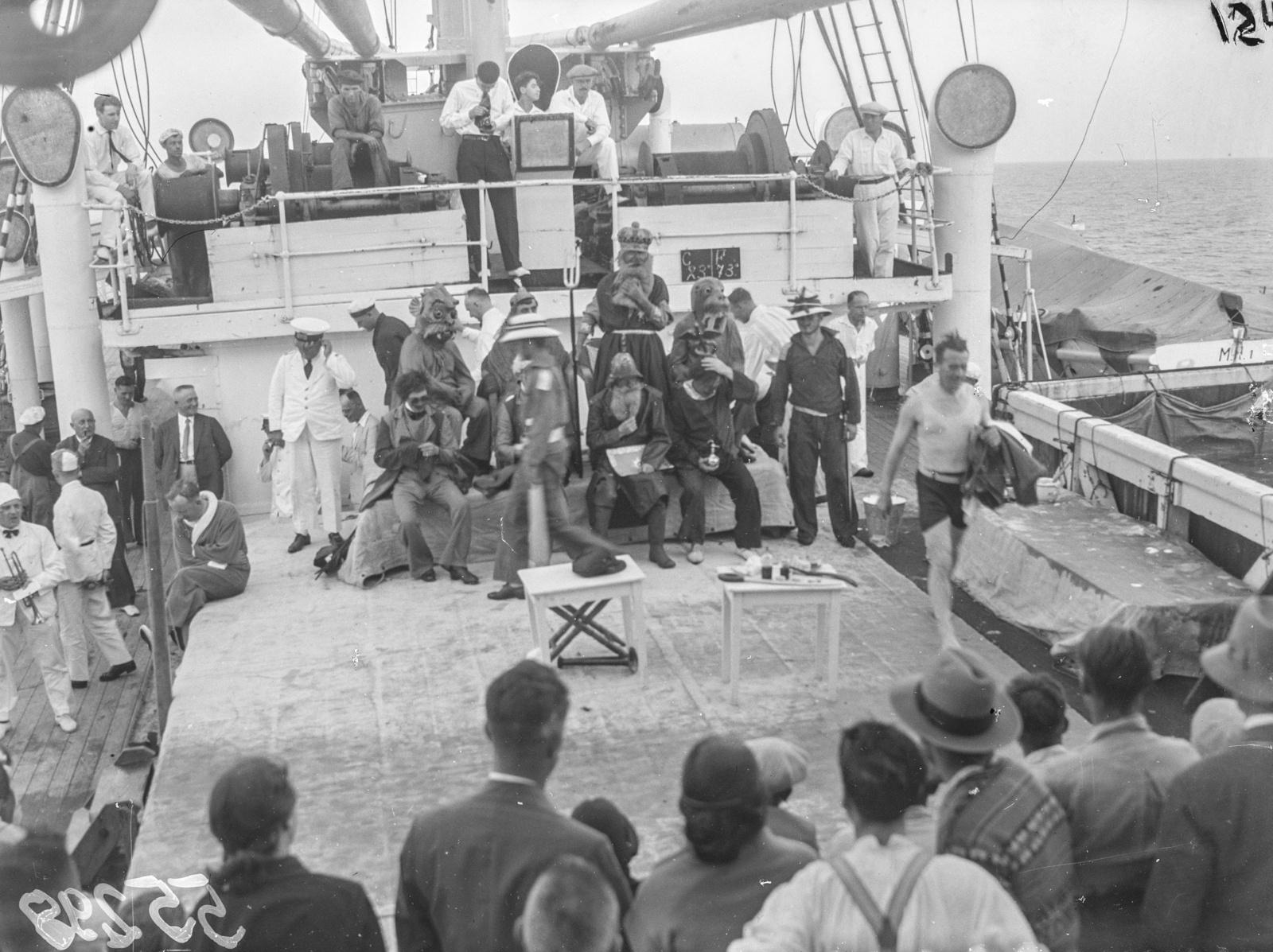 Пассажиры во время празднования прохождения экватора на палубе парохода «Усамбара»