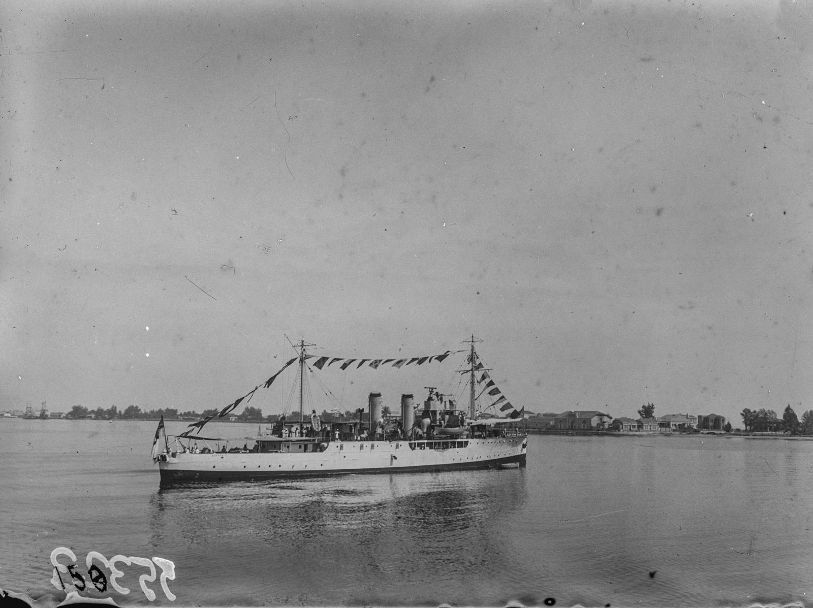 Португальская Западная Африка. Корабль в порту Лобито