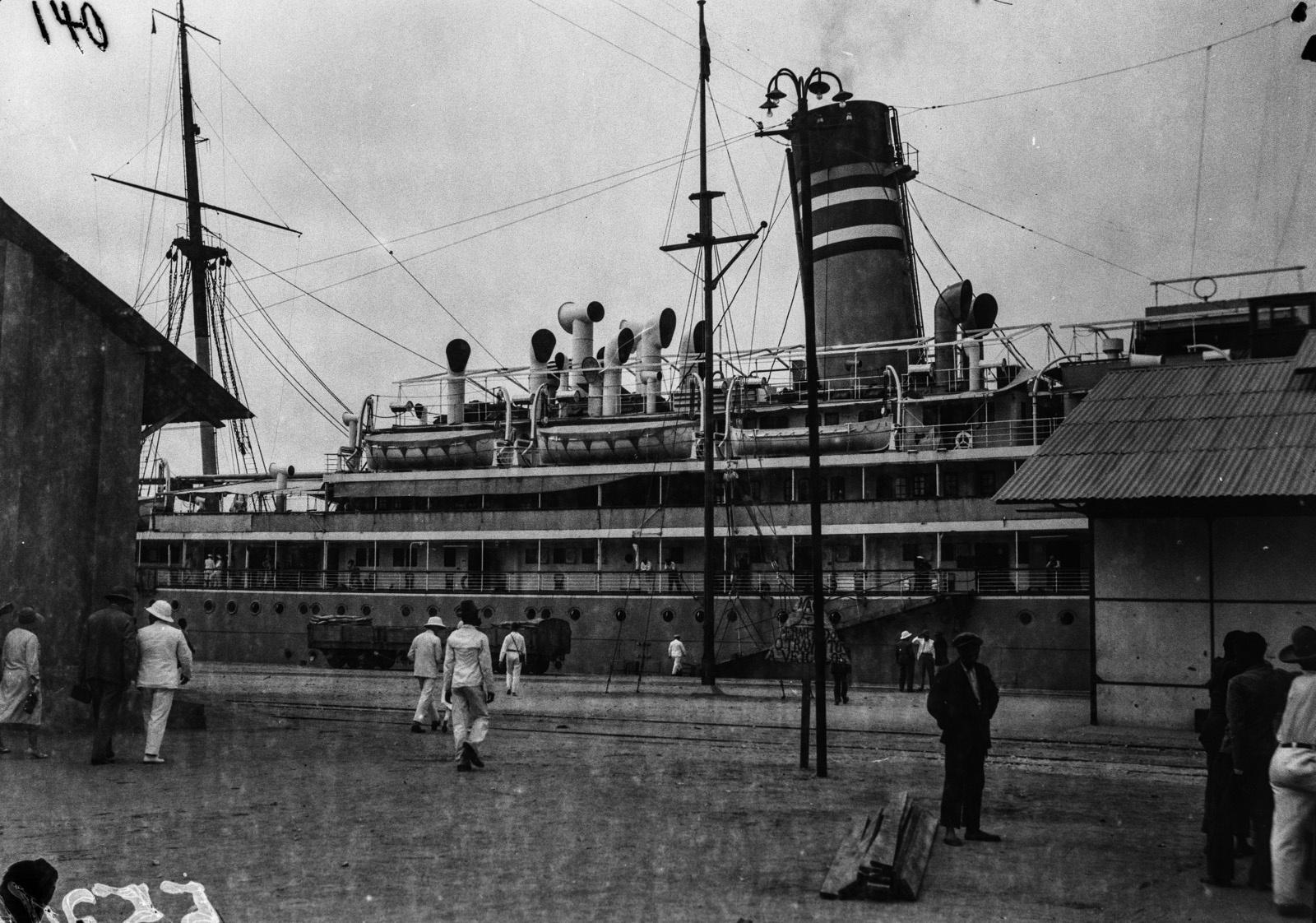 Португальская Западная Африка. Вид парохода «Усамбара» в порту Лобито