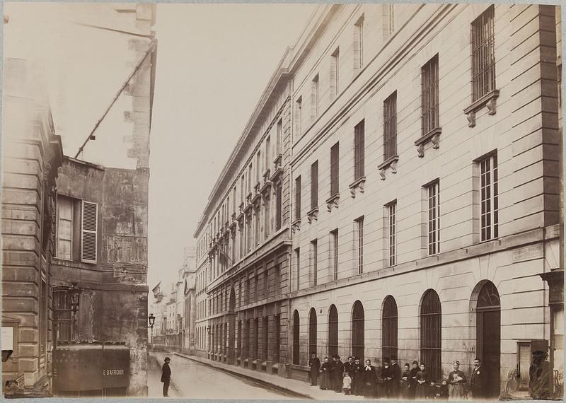 Фасад здания по улице Фран-Буржуа