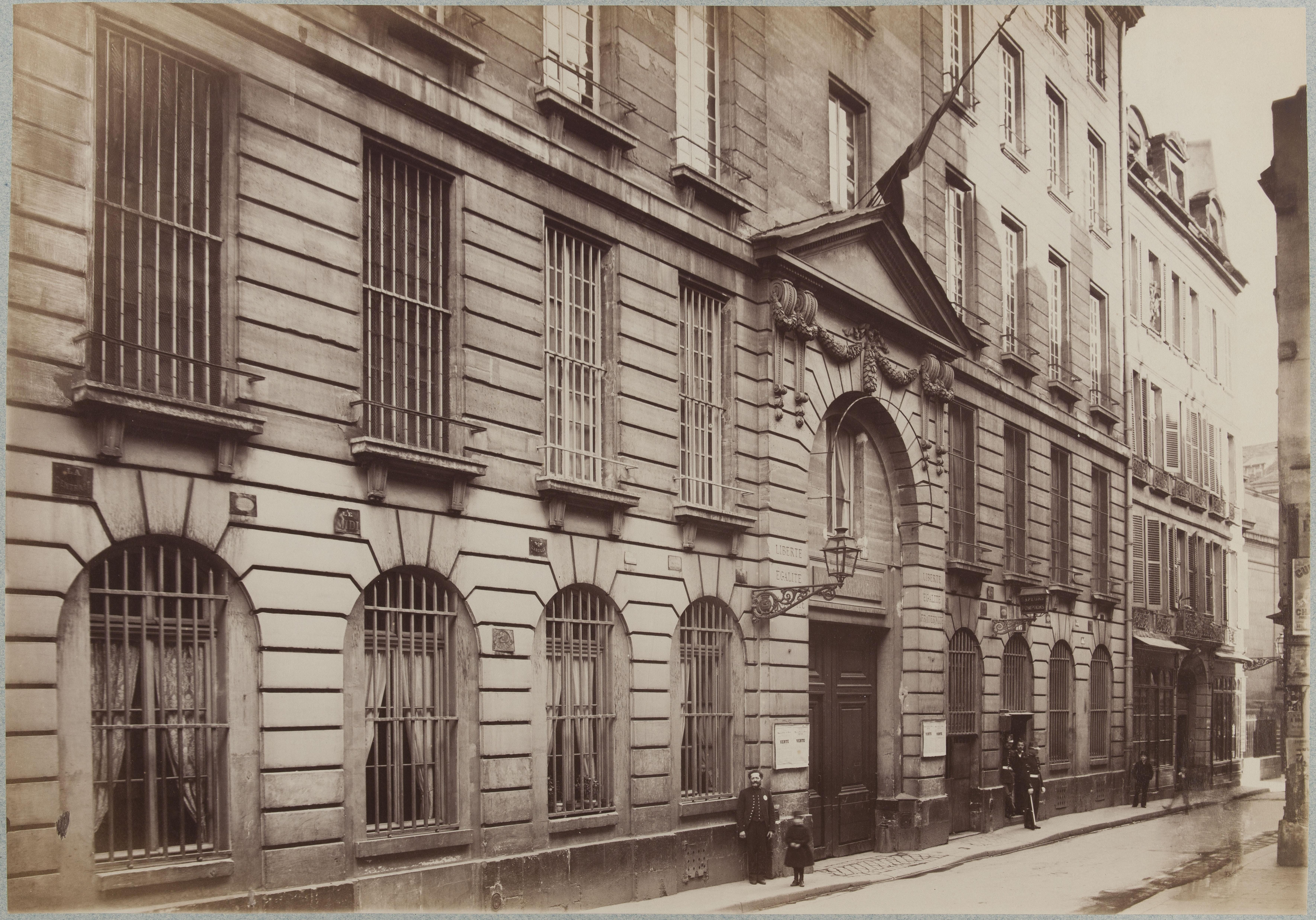 Фасад здания по улице Блан-Манто