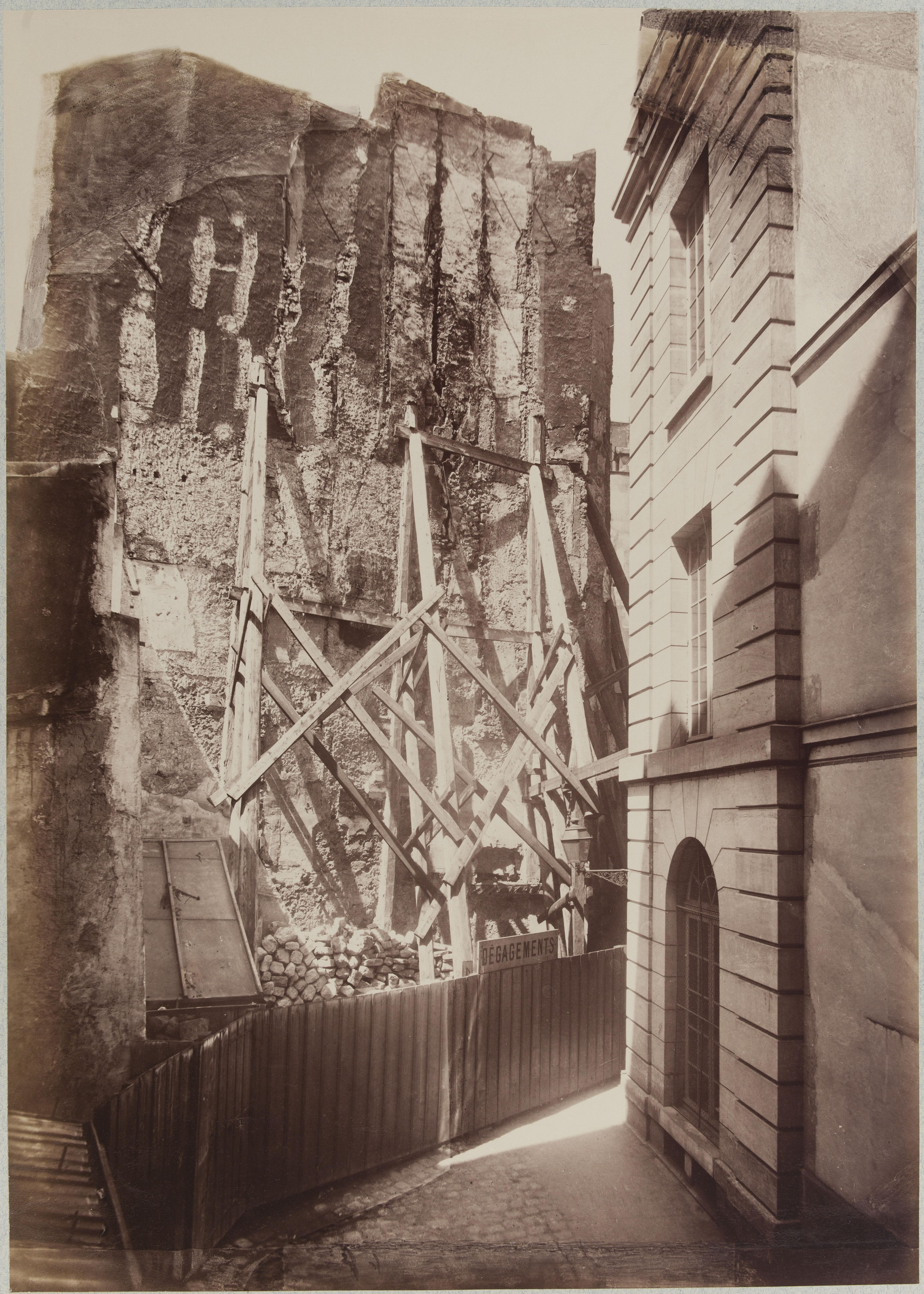 Башня крепостной стены Филиппа Августа и дом № 22 на улице Блан-Манто