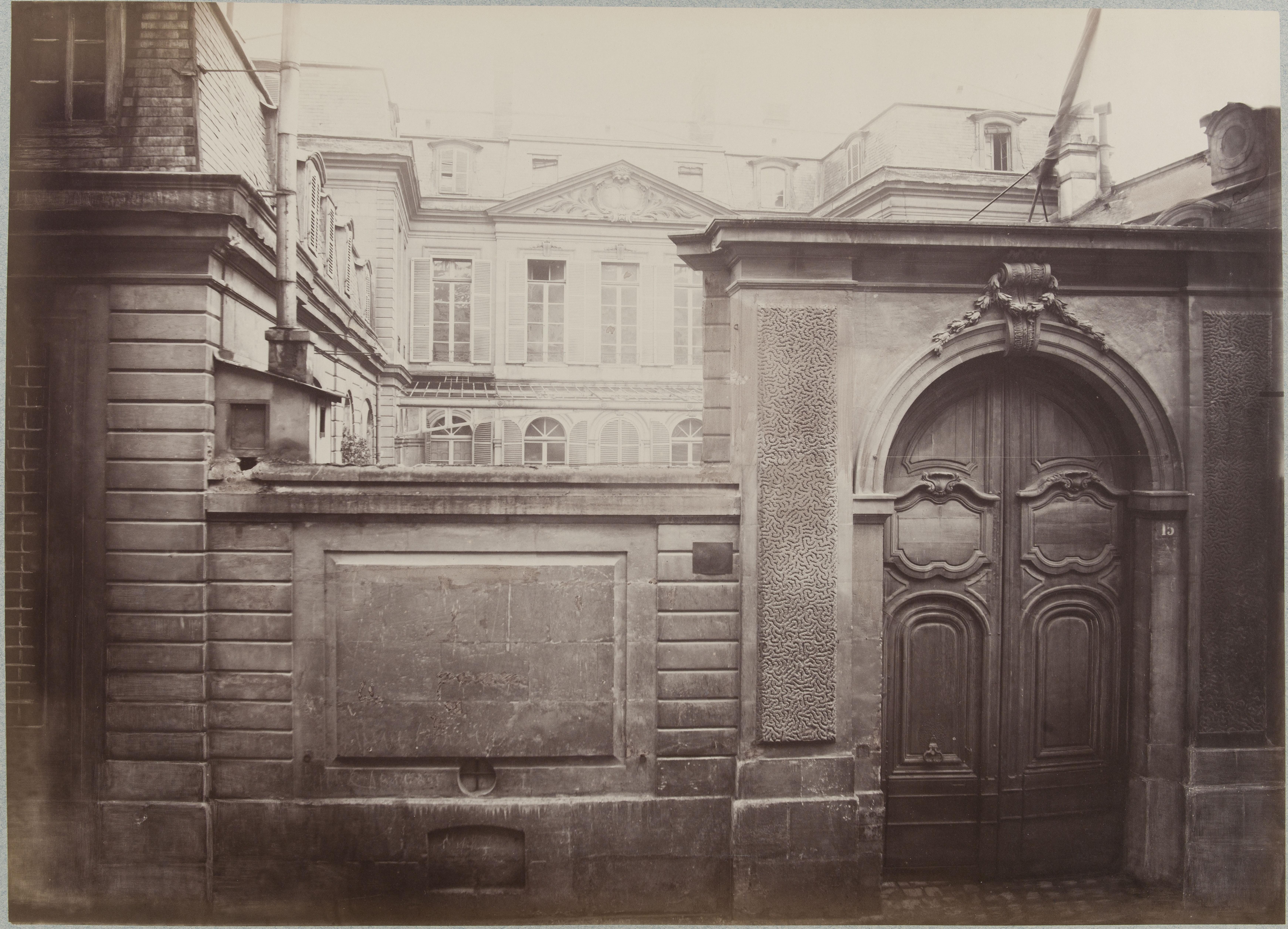 Hotel de la Guiche. Фасад по улице Реард, № 15