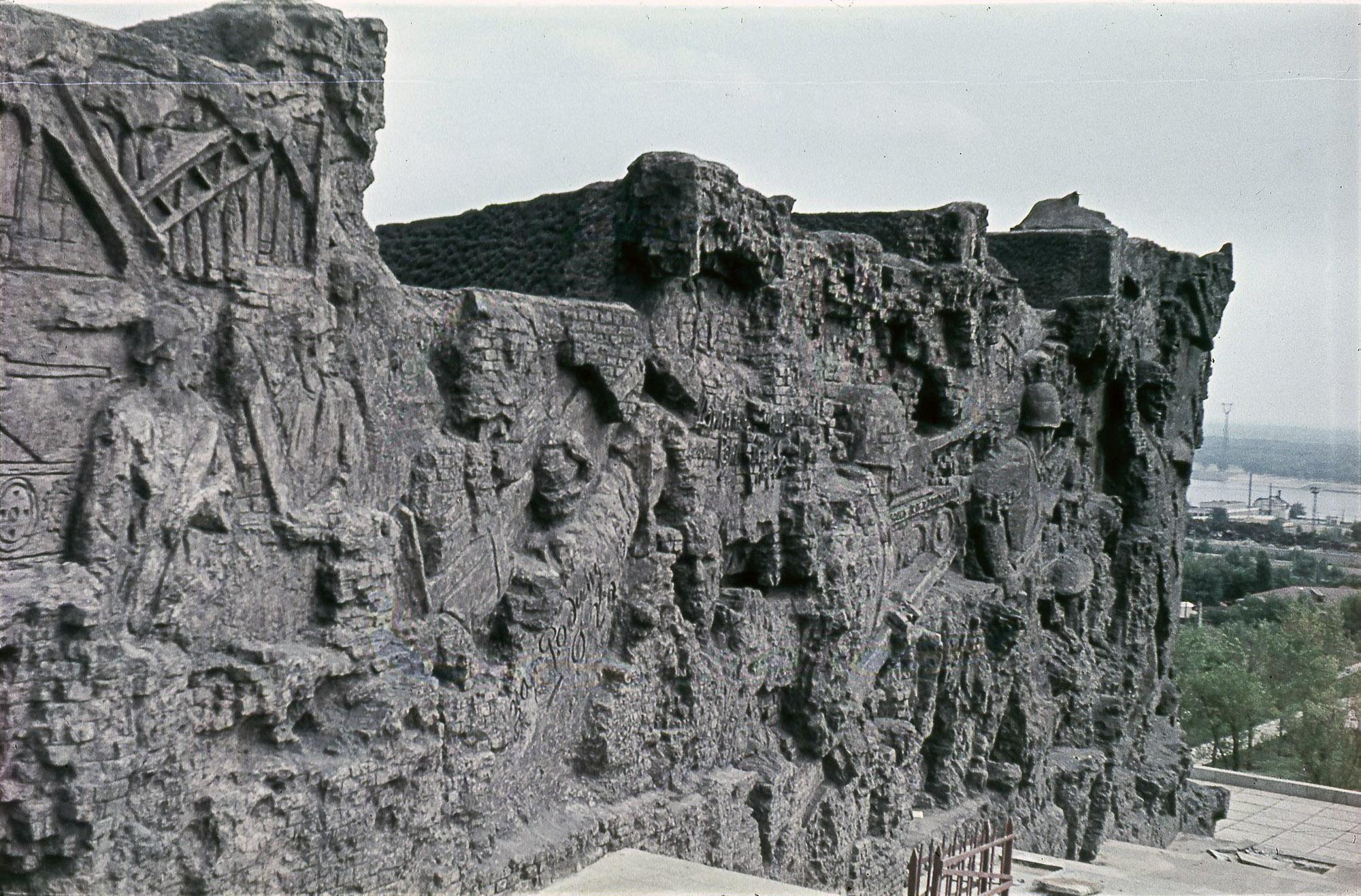 Волгоград. «Мамаев курган». Стена-руина