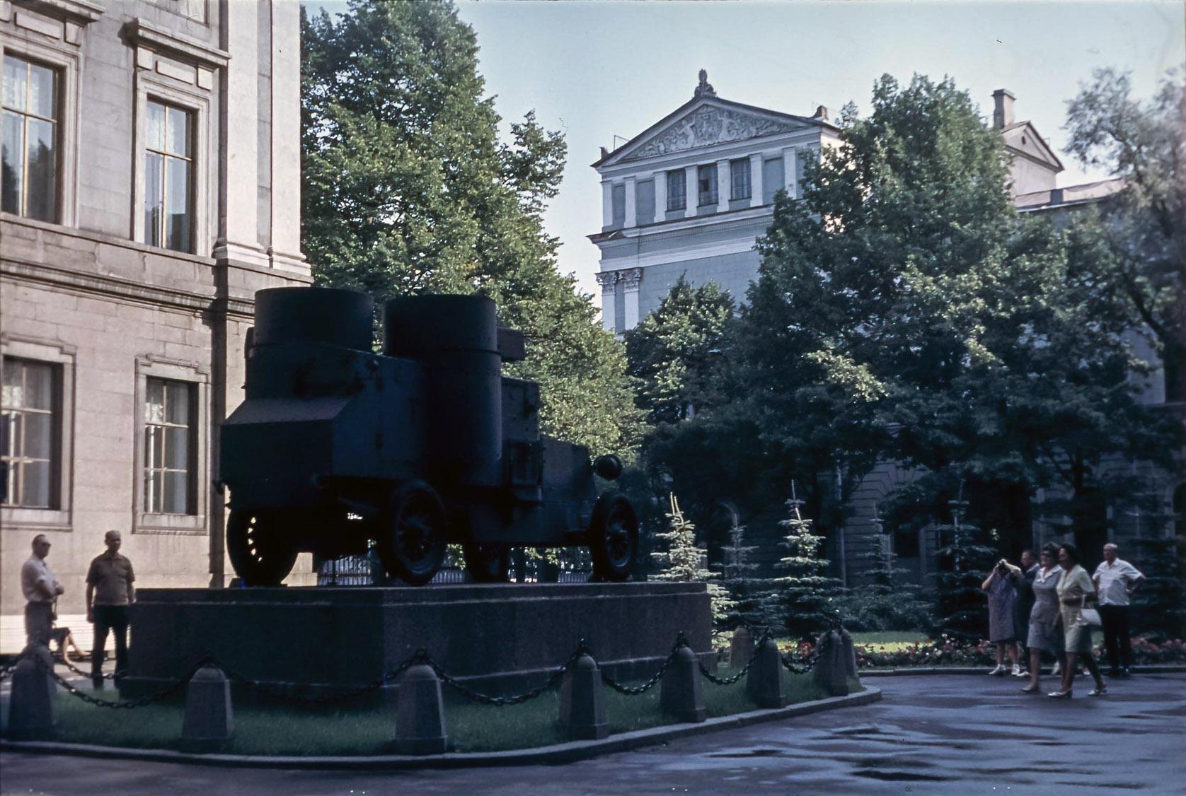Ленинград.  Броневик во дворе музея В.И. Ленина