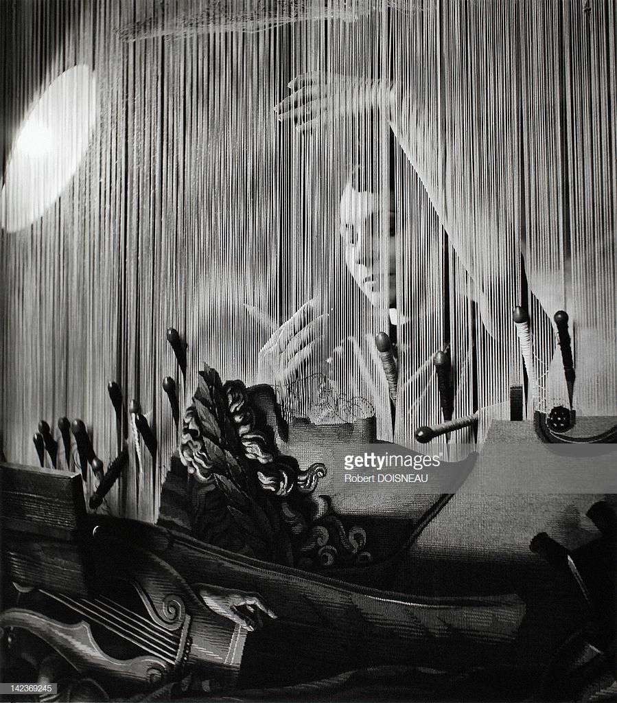 1945. Женщина, работающая на фабрике гобеленов в Париже