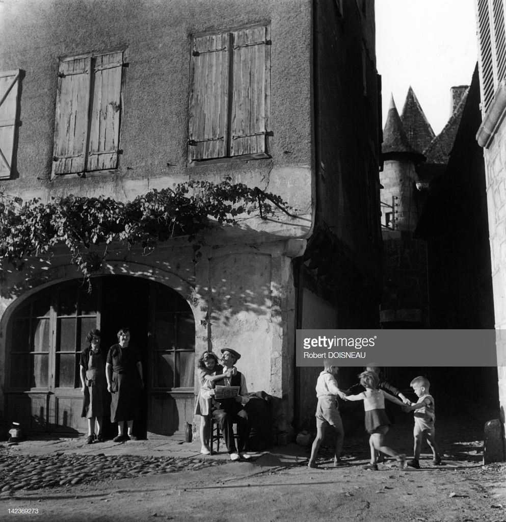 1947. Дети танцуют на улице в Сен-Сере