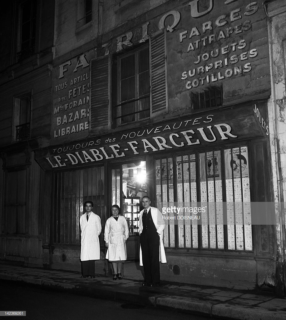 1947. Окно «Le Diable Farceur» - магазина розыгрышей и игрушек