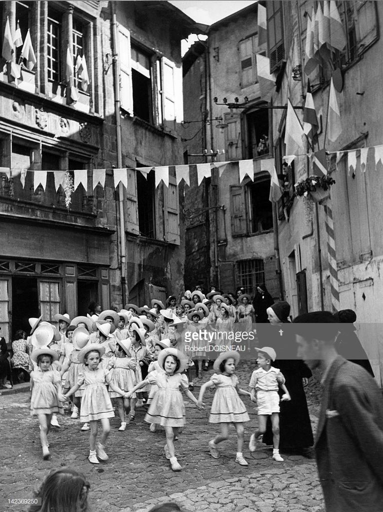 1950. Дети на улице Ле-Пюи-ан-Веле. 15 августа