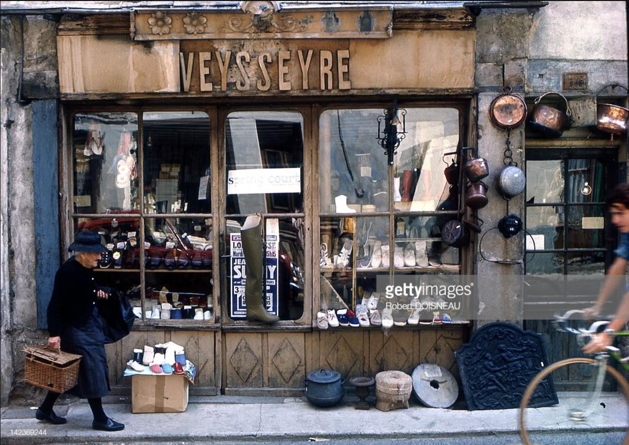 1970. Витрина магазина где-то в департаменте Ло