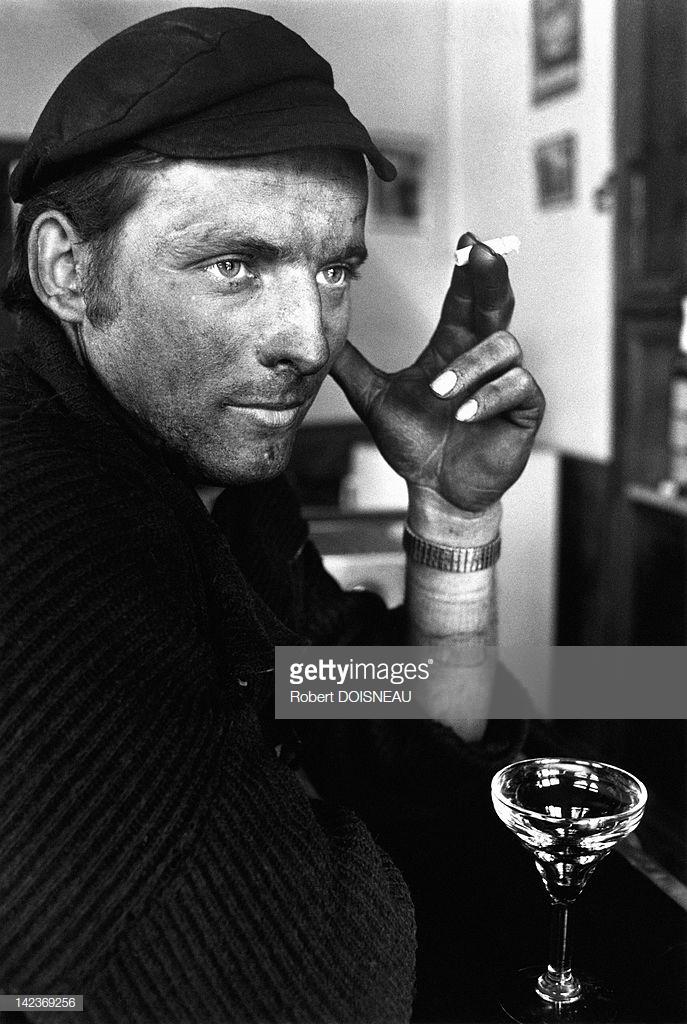 1971. Рабочий пьет и курит в бистро. Париж