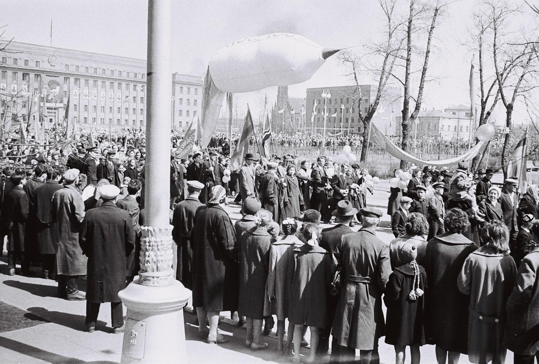 1960-е. Колонны демонстрантов у сквера им.Кирова