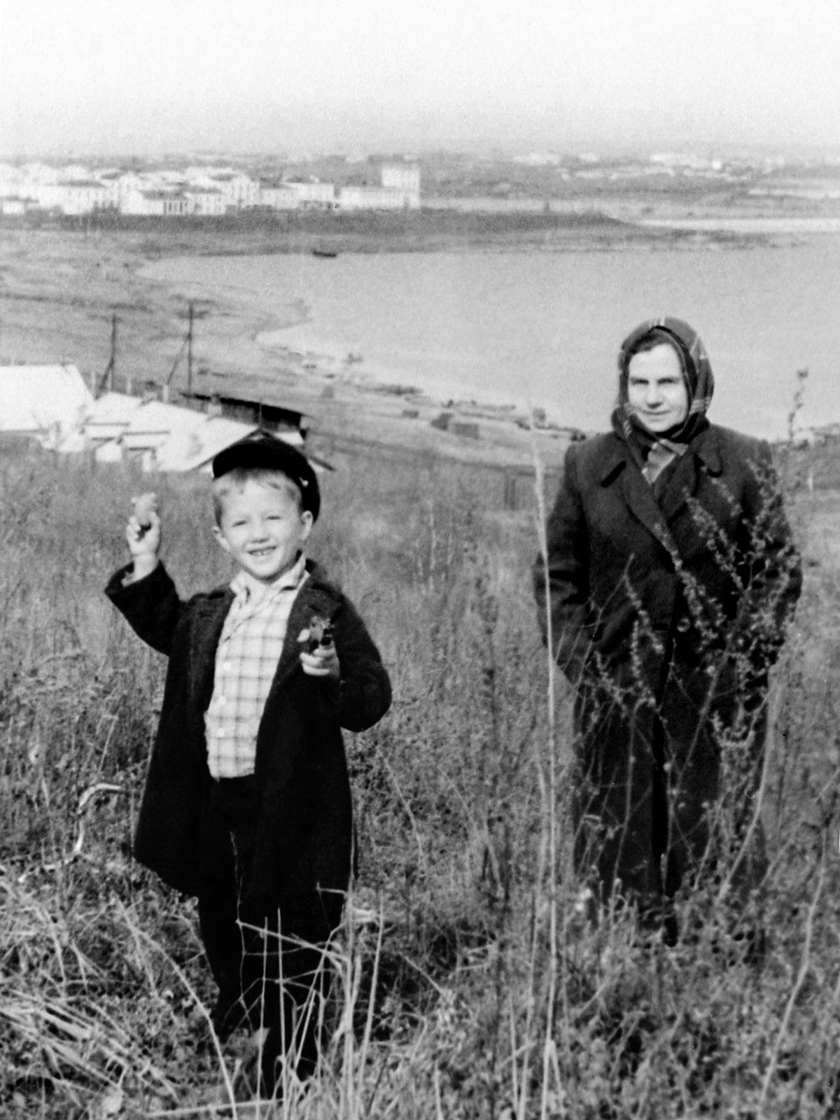 1962. В районе поселка ГЭС. На заднем плане здания Управления Иркутской ГЭС. Октябрь