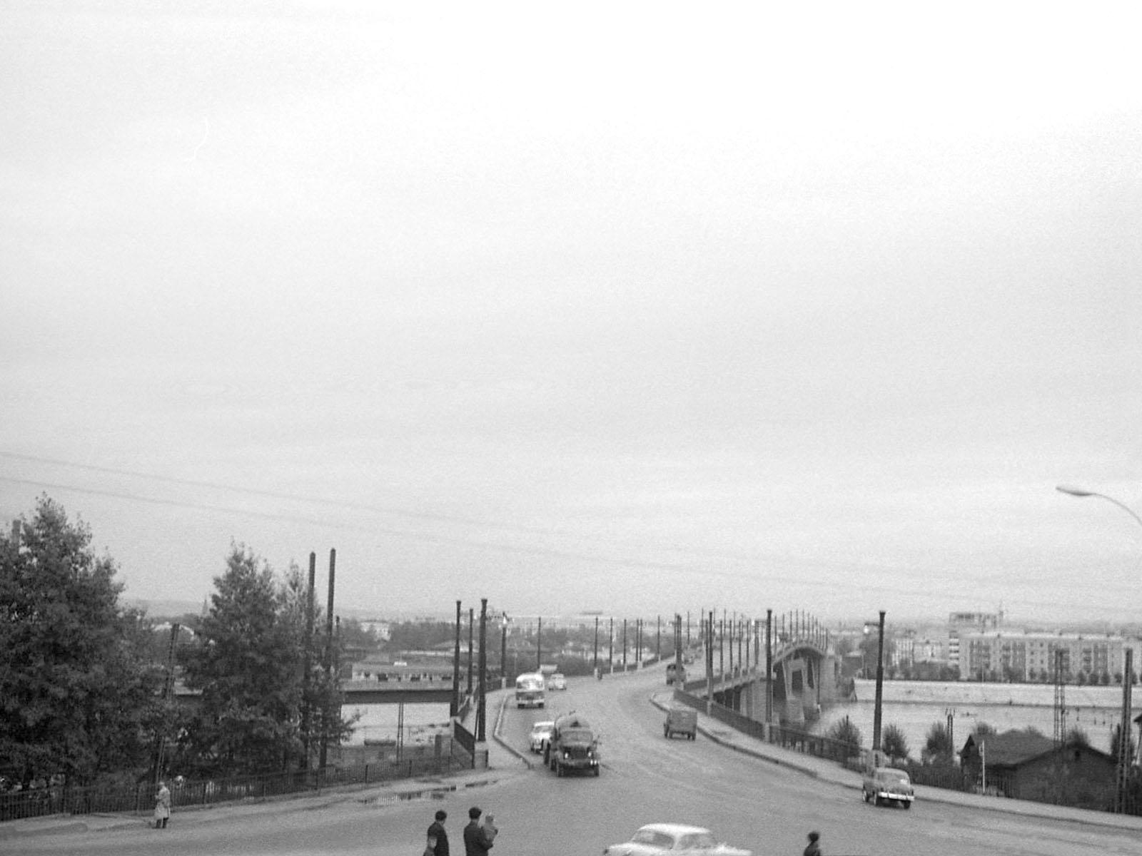 1970. Глазковский мост с видом на бульвар Гагарина. Август