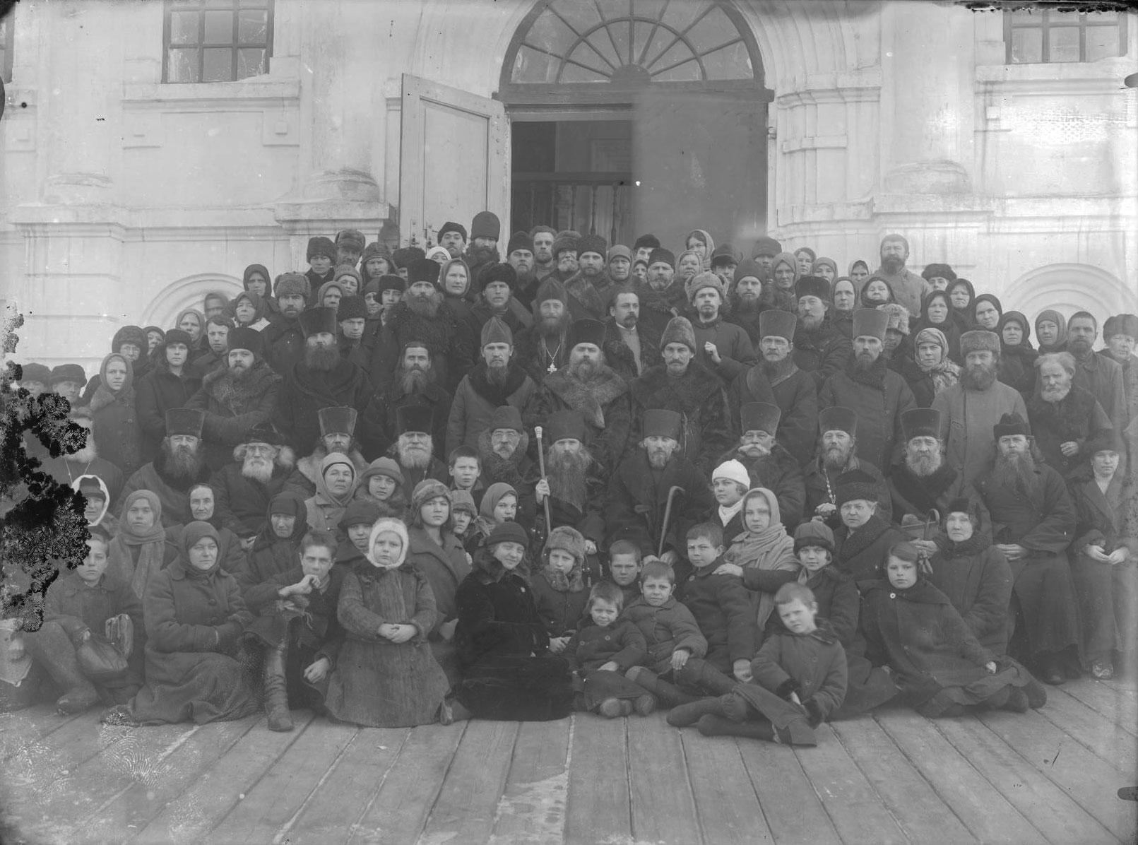 Групповое фото у входа в Крестовоздвиженскую церковь