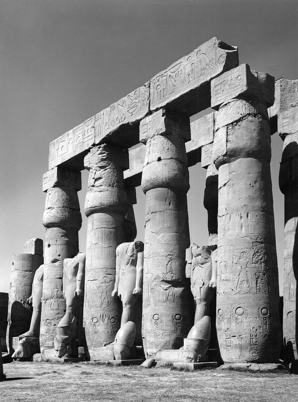 Луксор. Двор Рамзеса II. Северо-западная сторона