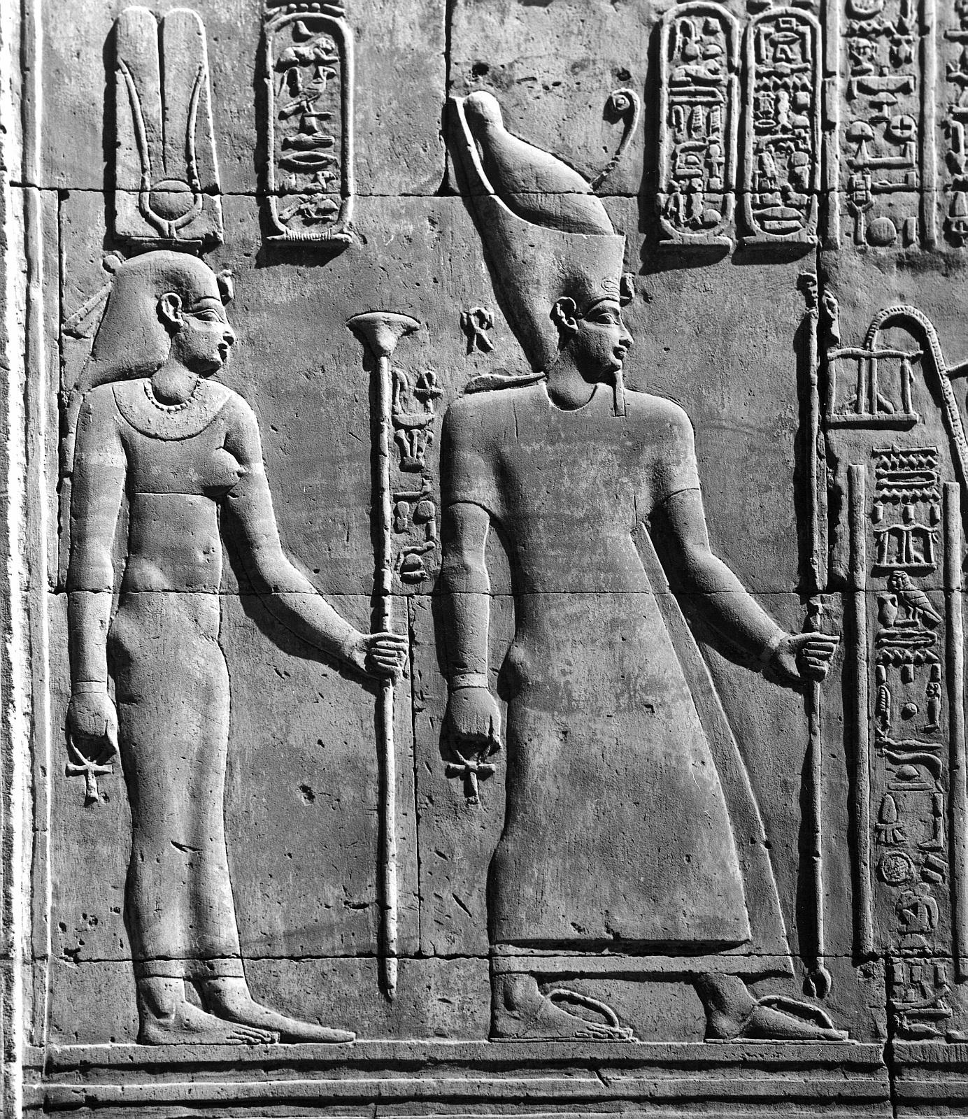 Ком Омбо. Двойное святилище Себека и Хоруру. Задняя стена третьего атриума с рельефом Птолемей VI.