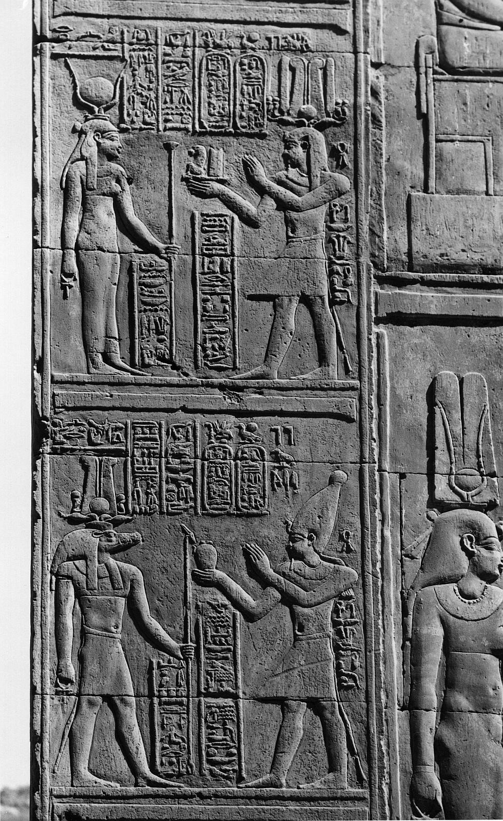 Ком Омбо. Двойное святилище Себека и Хоруру. Задняя стена третьей прихожей с рельефами Птолемей VI.