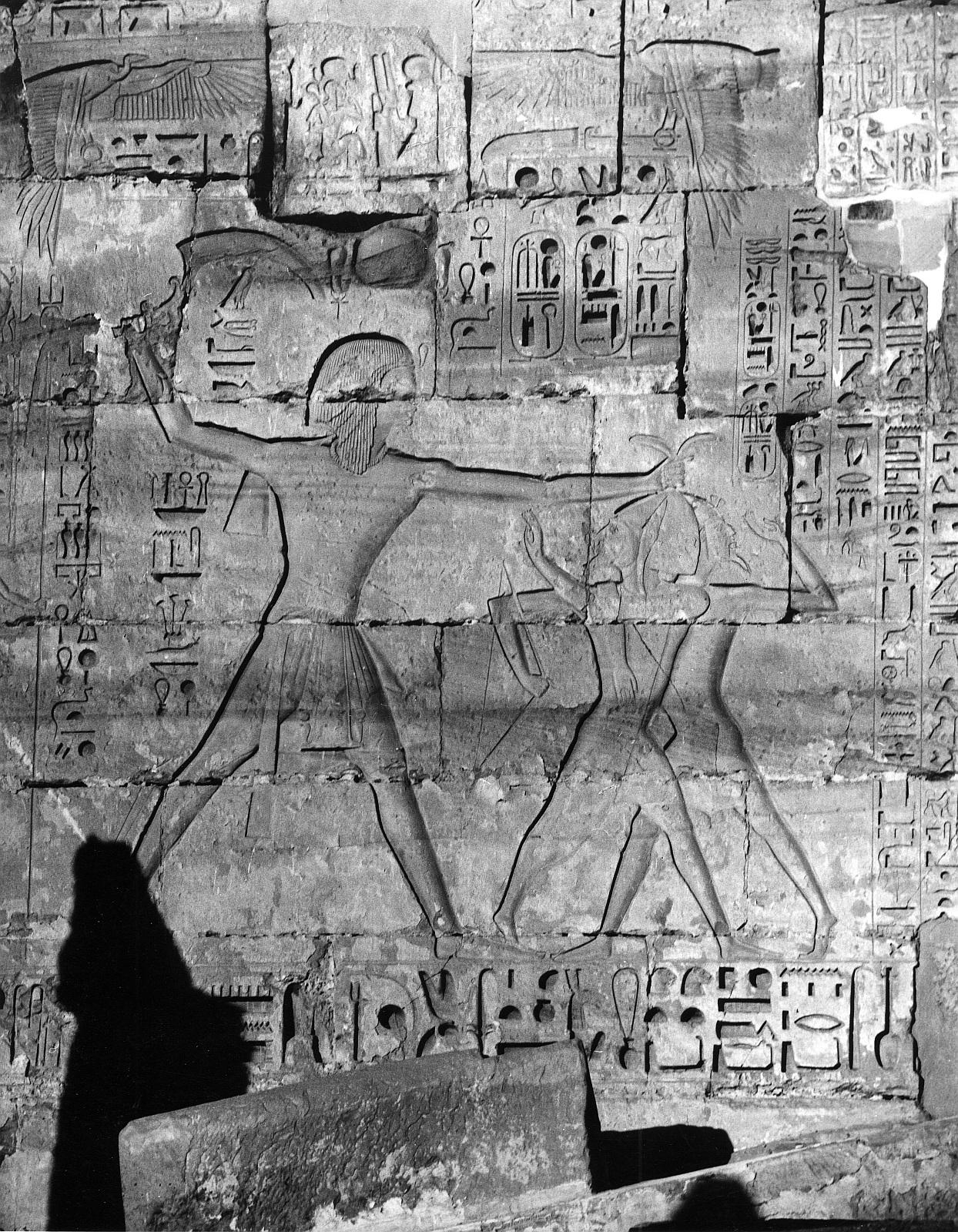 Мединет Абу.  Поминальный храм Рамзеса III. Рельеф Рамзес III убивает врагов