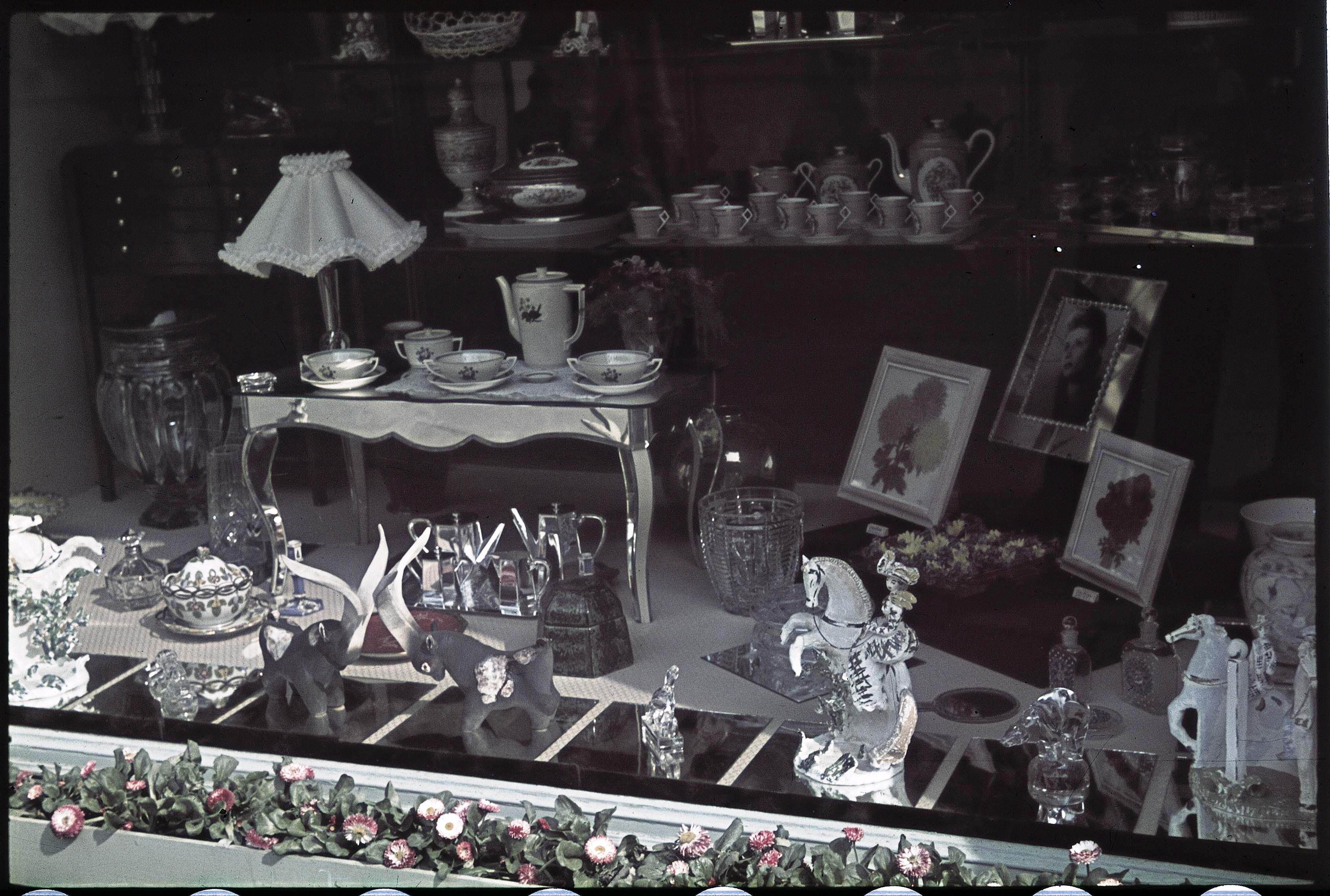 Витрина магазина художественной керамики на улице Рояль
