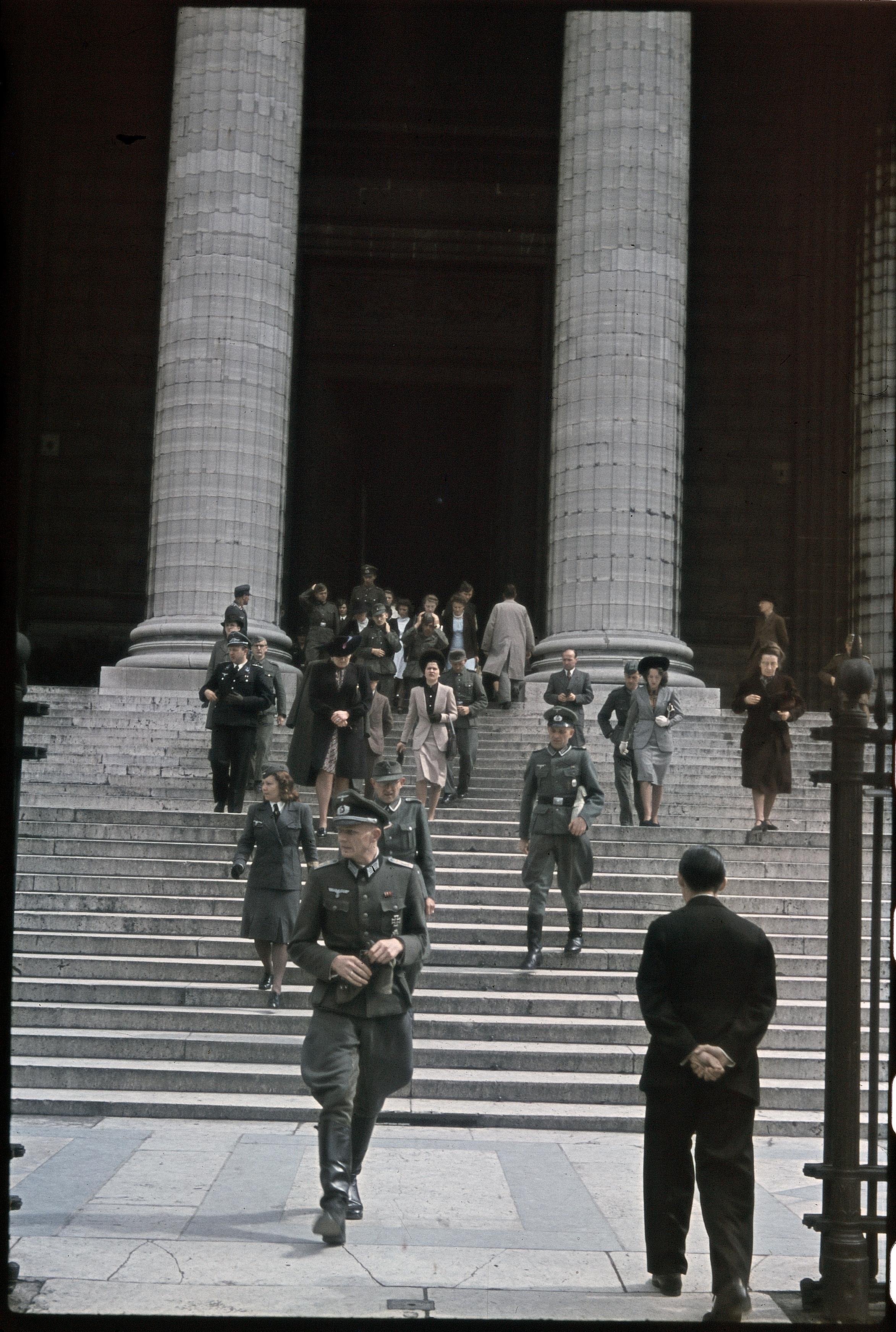 Немецкие офицеры покилают Мадлен после мессы