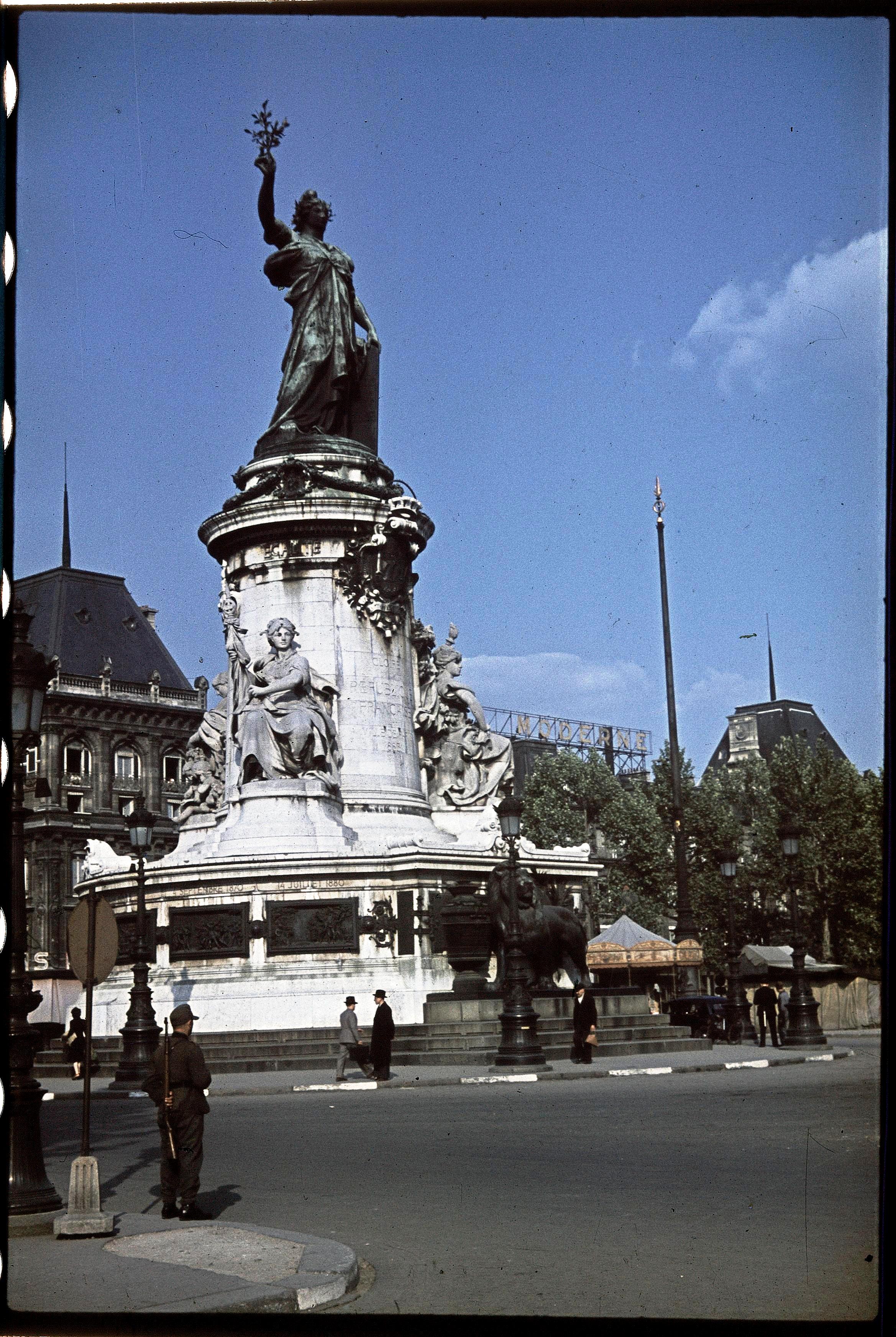 Немецкий солдат стоит на страже. Площадь Республики