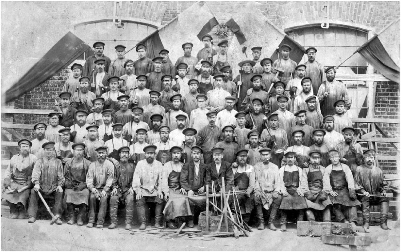 Рабочие, участвовавшие в строительстве трубочного завода. 1910