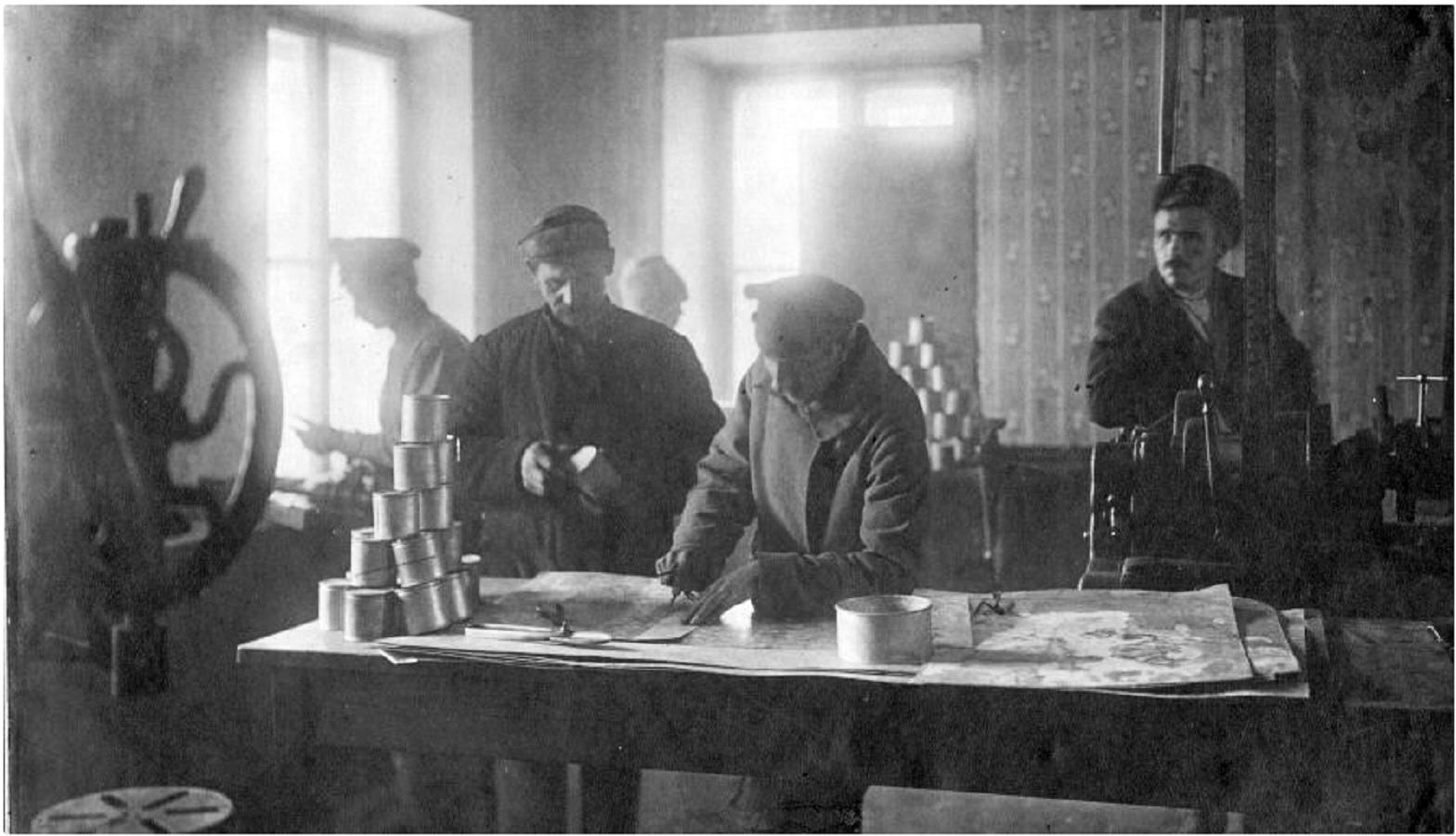 В цехе Самарского трубочного завода. 1914