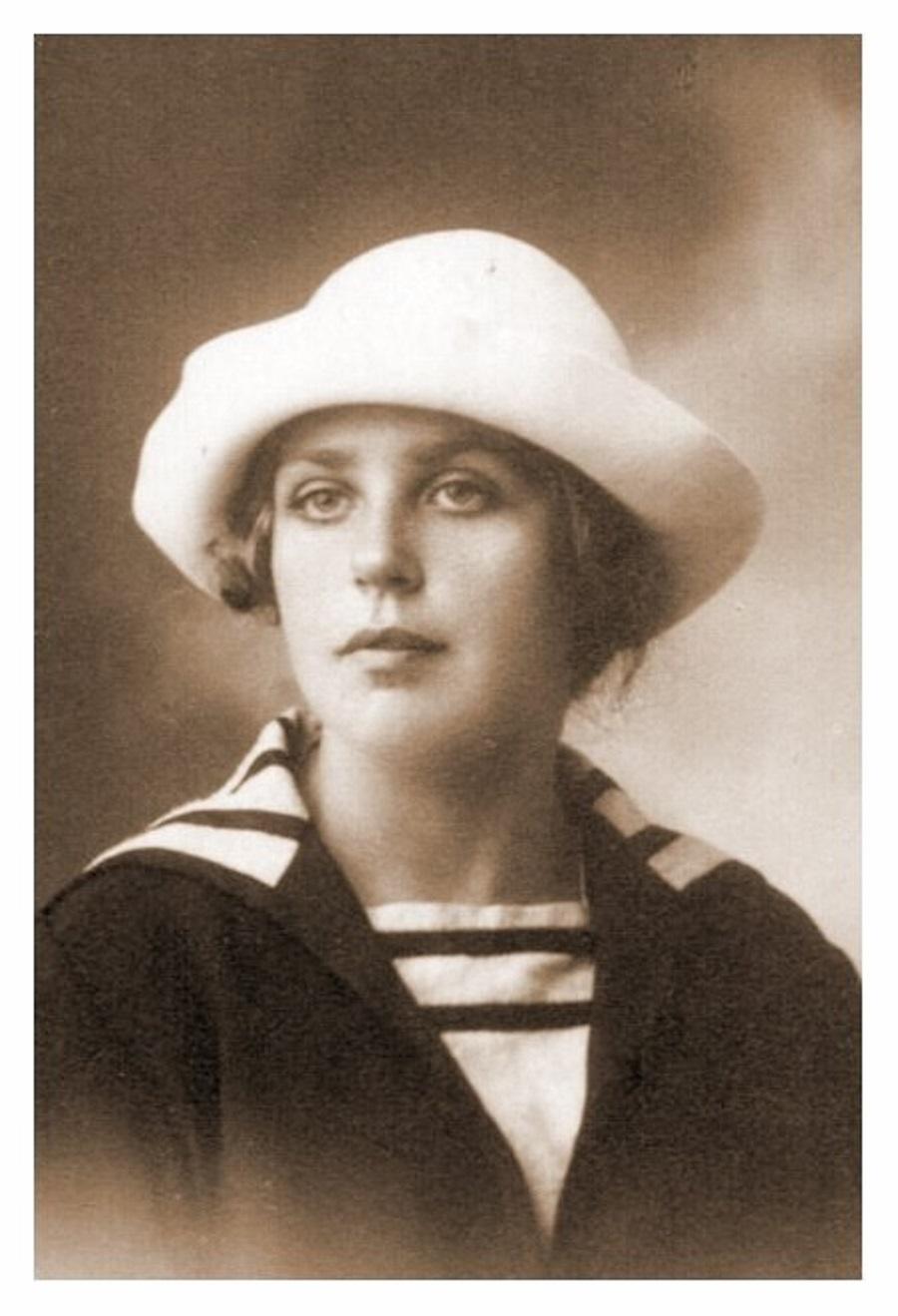 Ирина Николаевна Кноринг (4 мая 1906, в помещичьем имении, в селе Елшанка, Самарская губерния — 23 января 1943, Париж) — русская поэтесса.