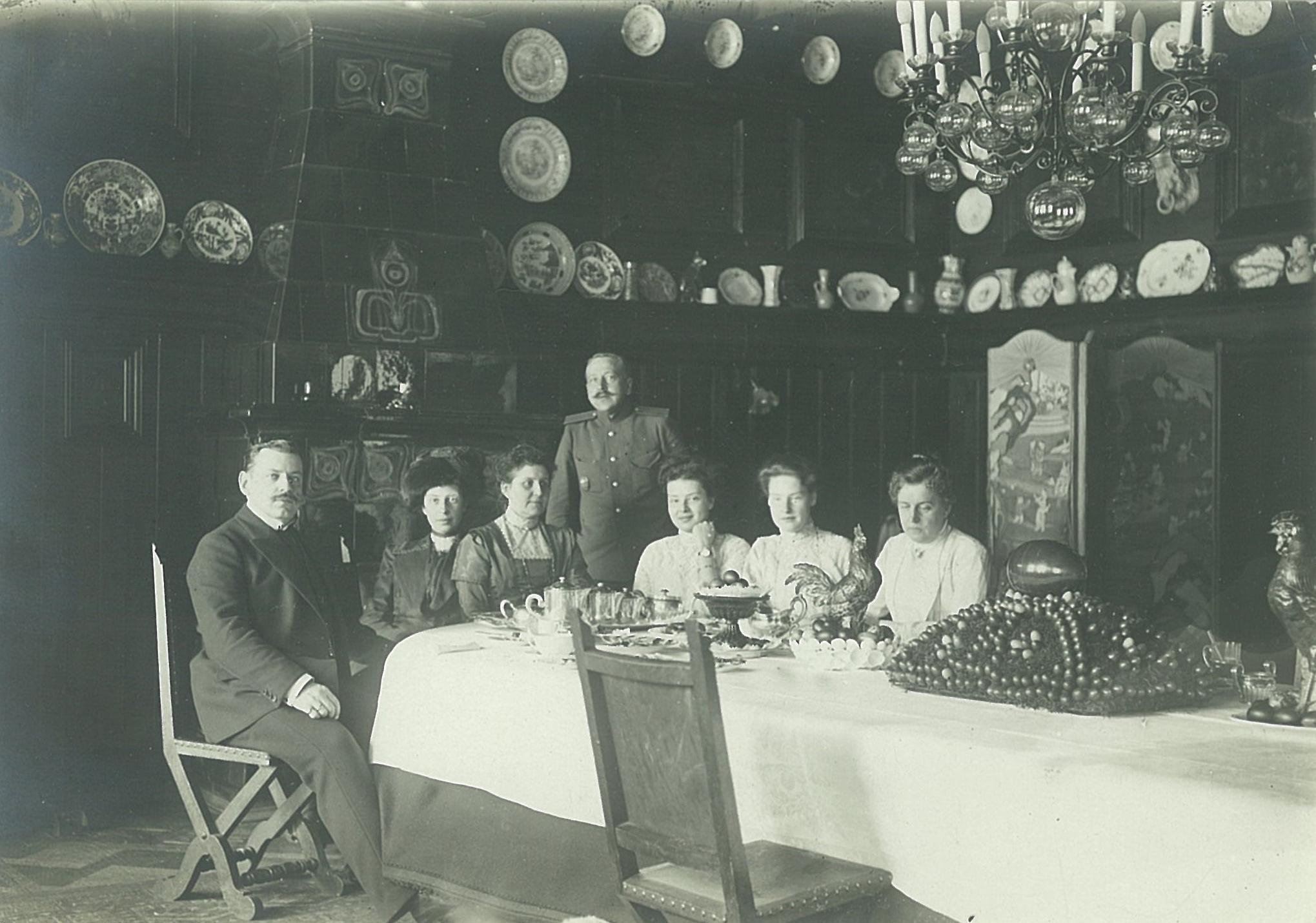 Родственники и гости за пасхальным столом в столовой усадебного дома в Рябово