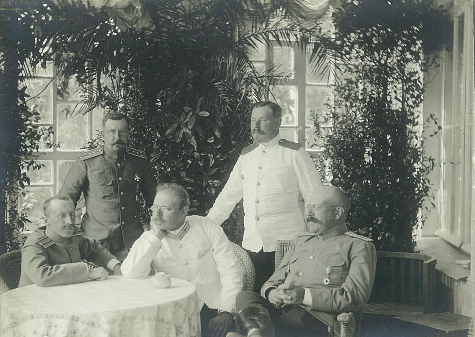 В.П.Всеволожский с группой военных в зимнем саду усадебного дома в Рябово