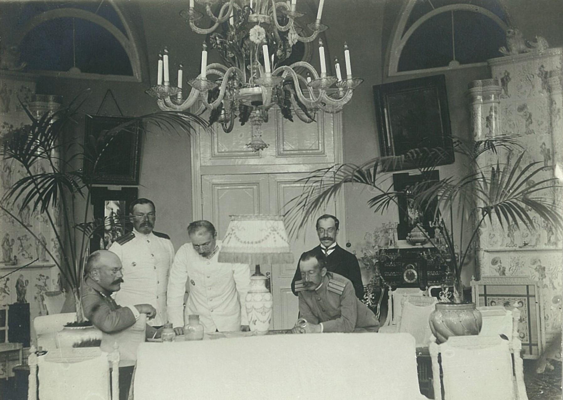 В.П. Всеволожский с группой военных в одном из залов усадебного дома в Рябово (с китайскими печами).