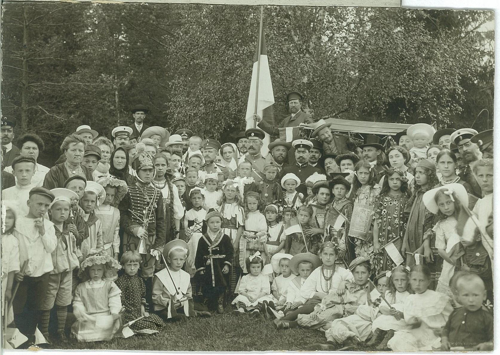 В.П. Всеволожский среди участников детского праздника в Рябово