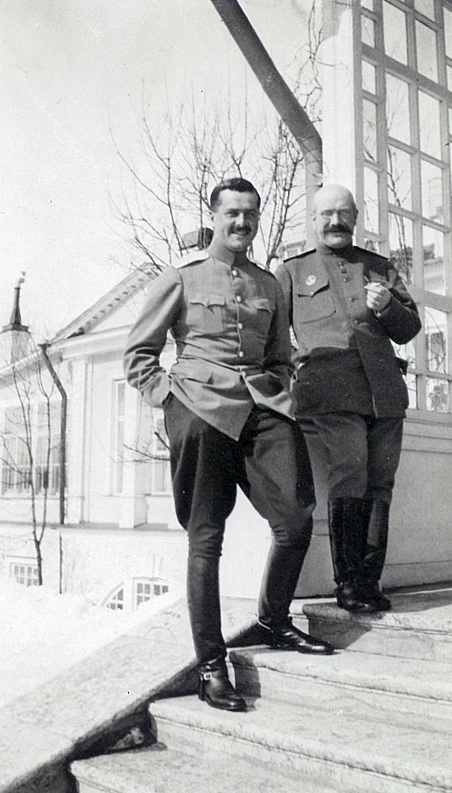 В.П.Всеволожский (справа) в военной форме на террасе усадебного дома в Рябово, 1910-е