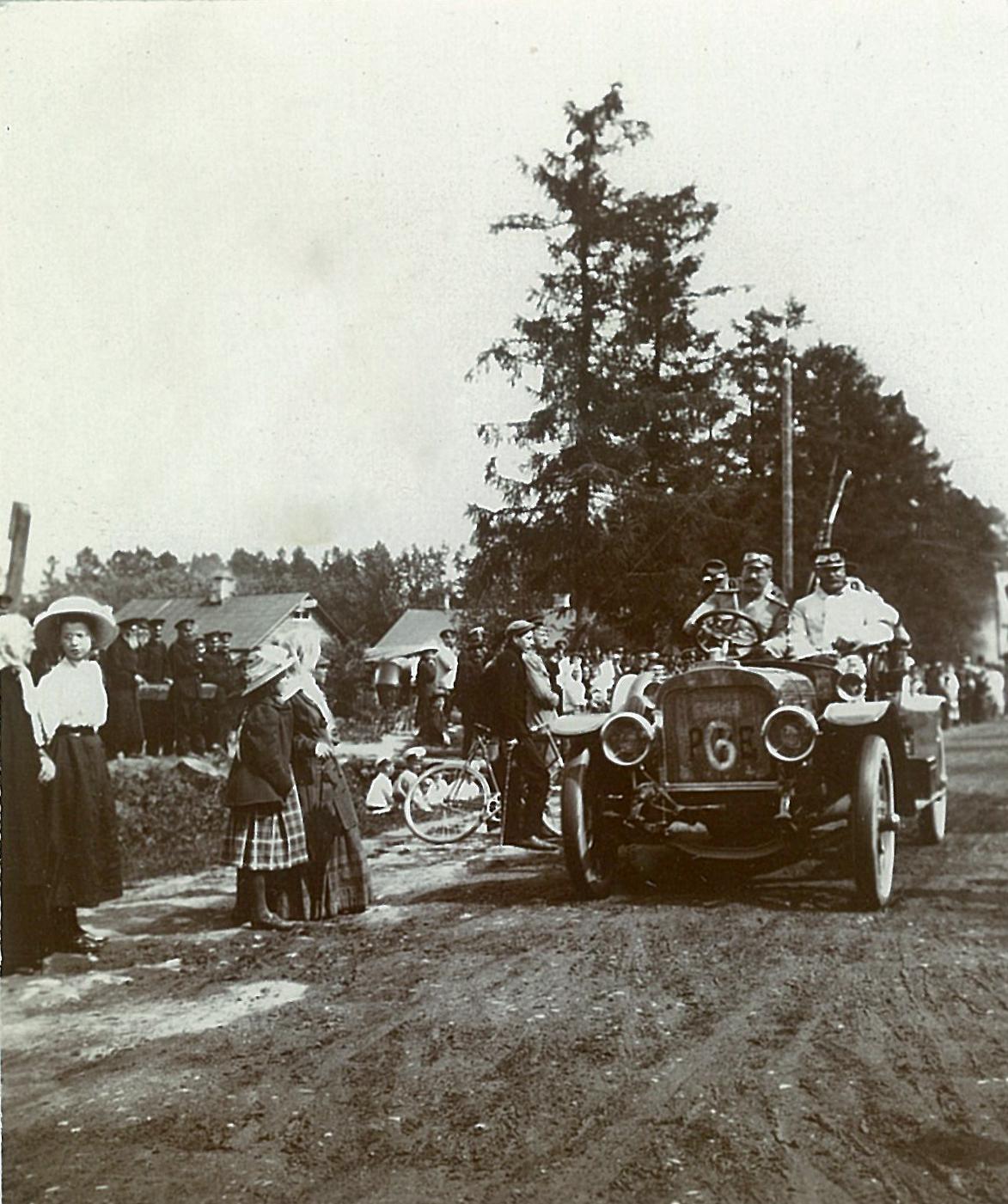 В.П.Всеволожский за рулём своего автомобиля бельгийской марки «Пип» в Рябово