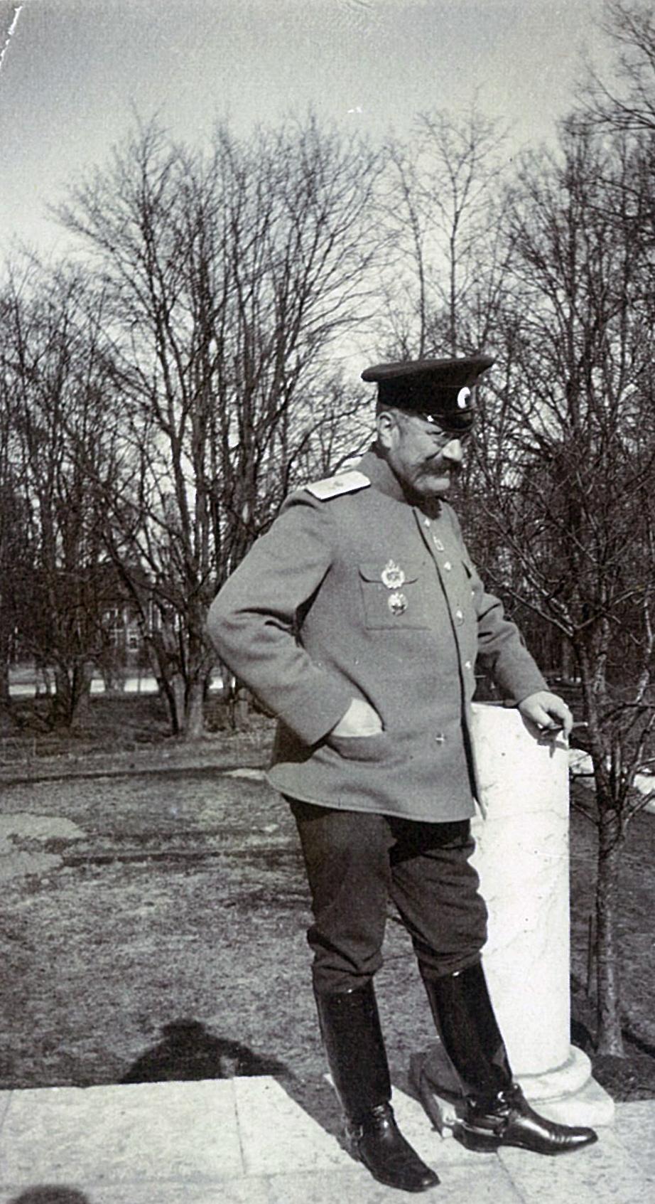 В.П.Всеволожский военной форме на террасе усадебного дома в Рябово,  (1)