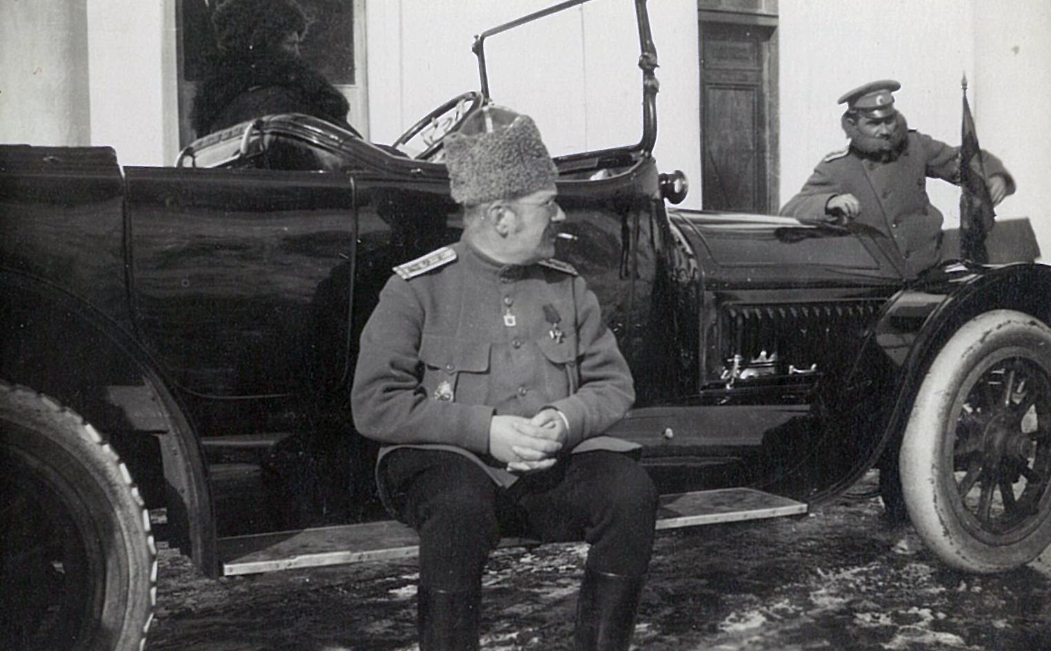 Заядлый автомобилист В.П.Всеволожский в военной форме на подножке автомобиля. ~1914-1917