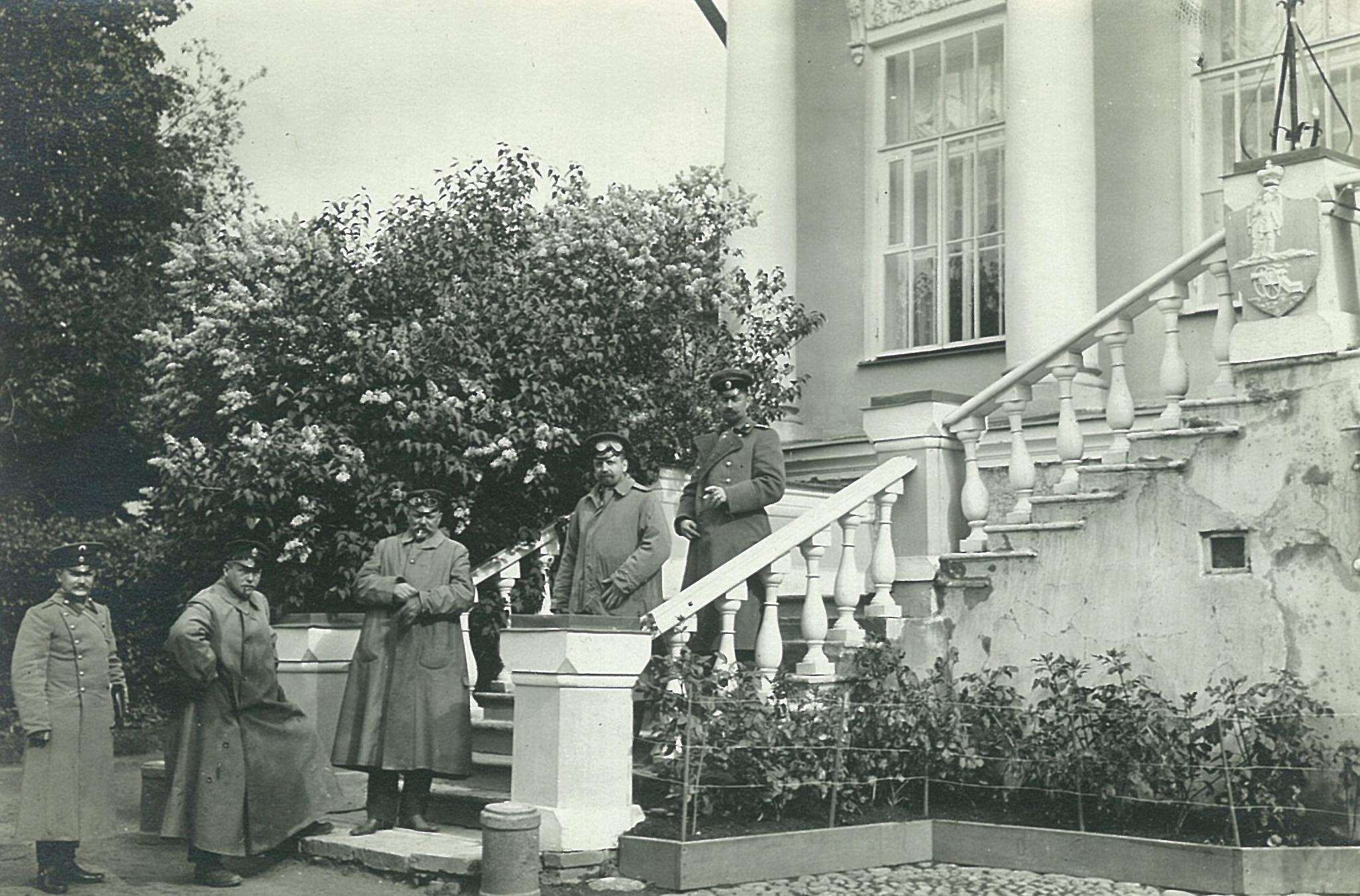 Автомобилисты на ступенях главного входа усадебного дома в Рябово,