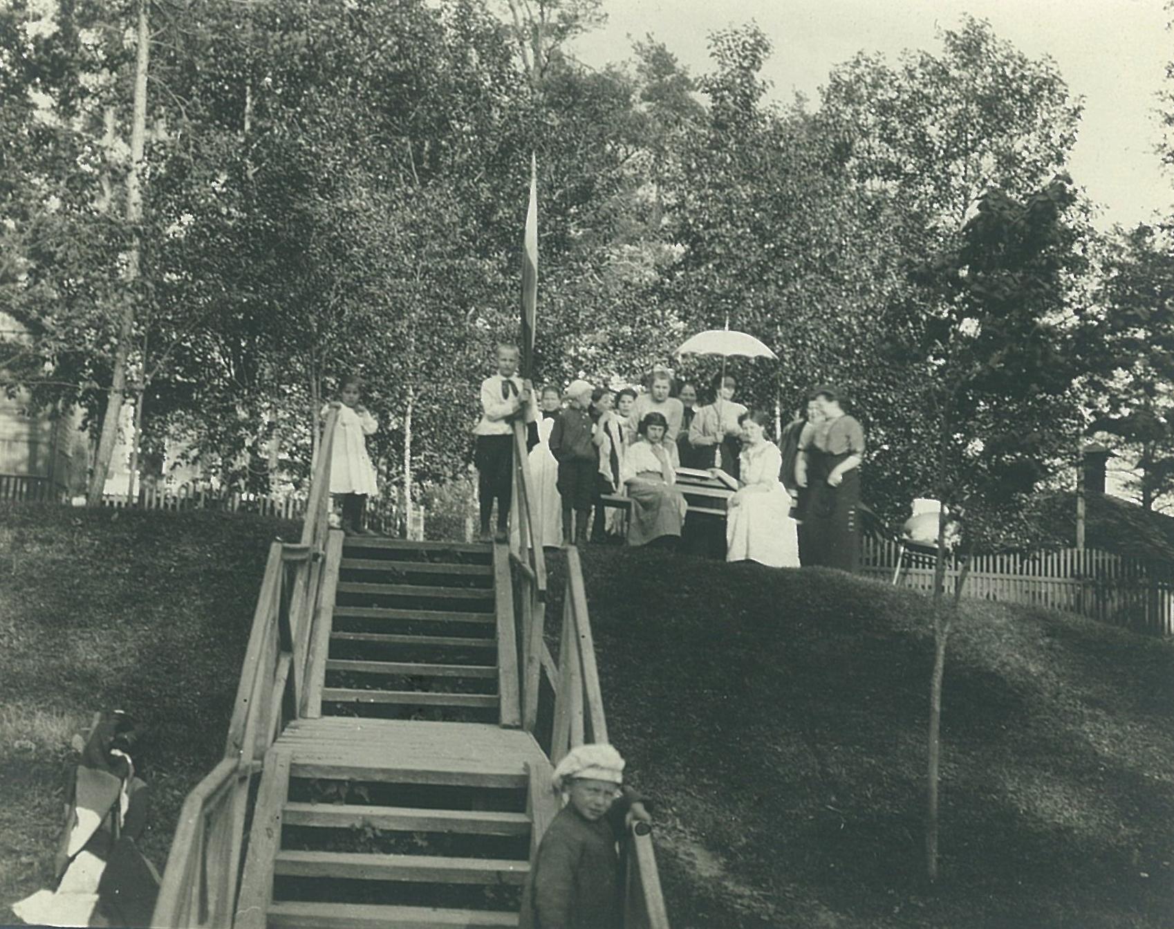 Группа детей на склоне в парке усадьбы Рябово