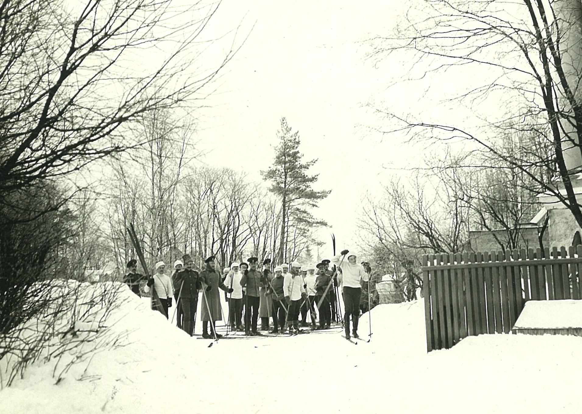 Группа лыжников перед главным фасадом усадебного дома в Рябово