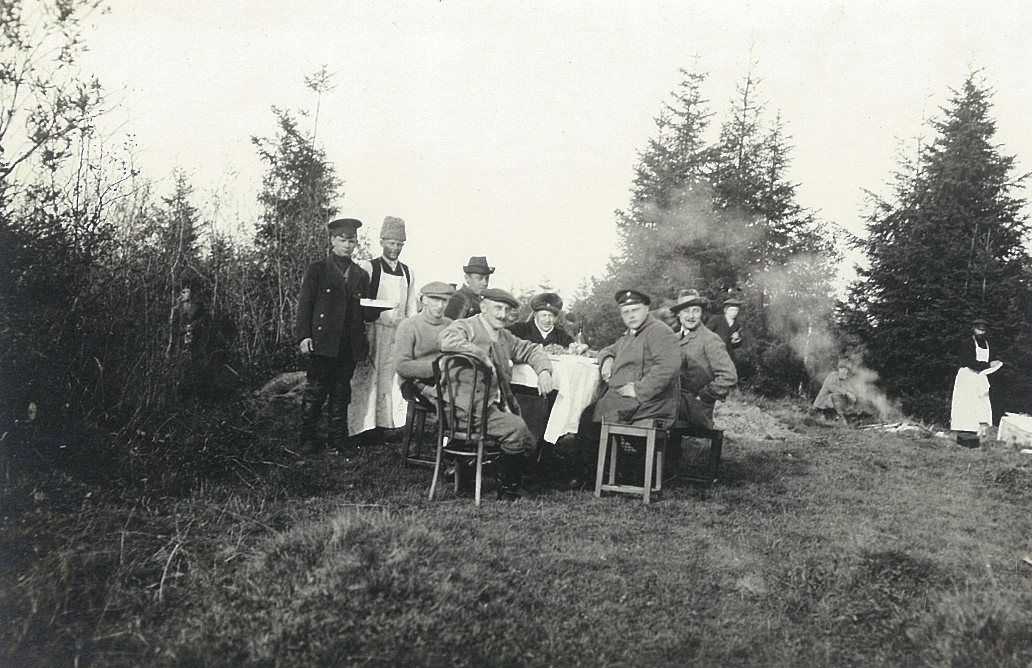 Охотничий пикник на лесной поялне