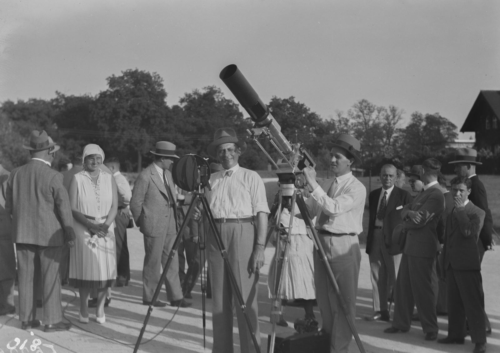 Берлин. Двое мужчин (Шомбург и его оператор Либеренц) демонстрируют работу камеры.