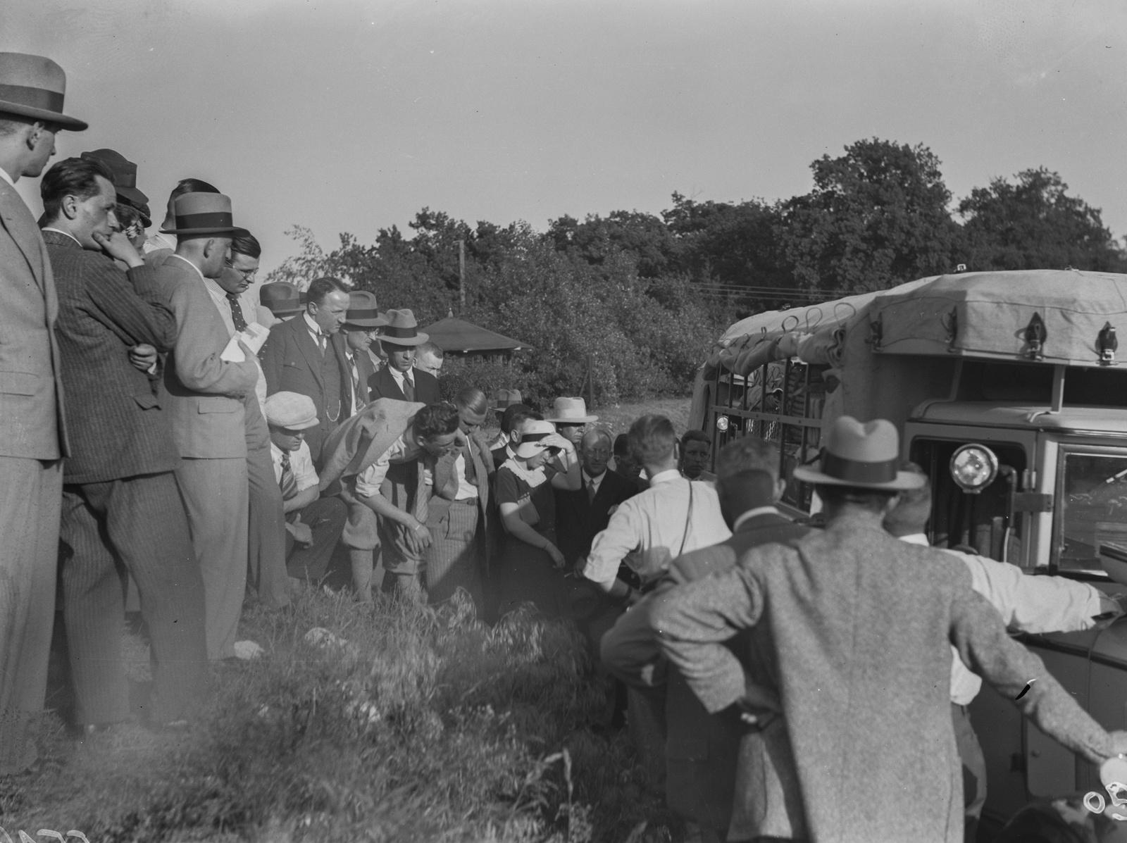 Берлин. АФУС. Группа людей собирается рядом с грузовиками при старте экспедиционной автоколонны