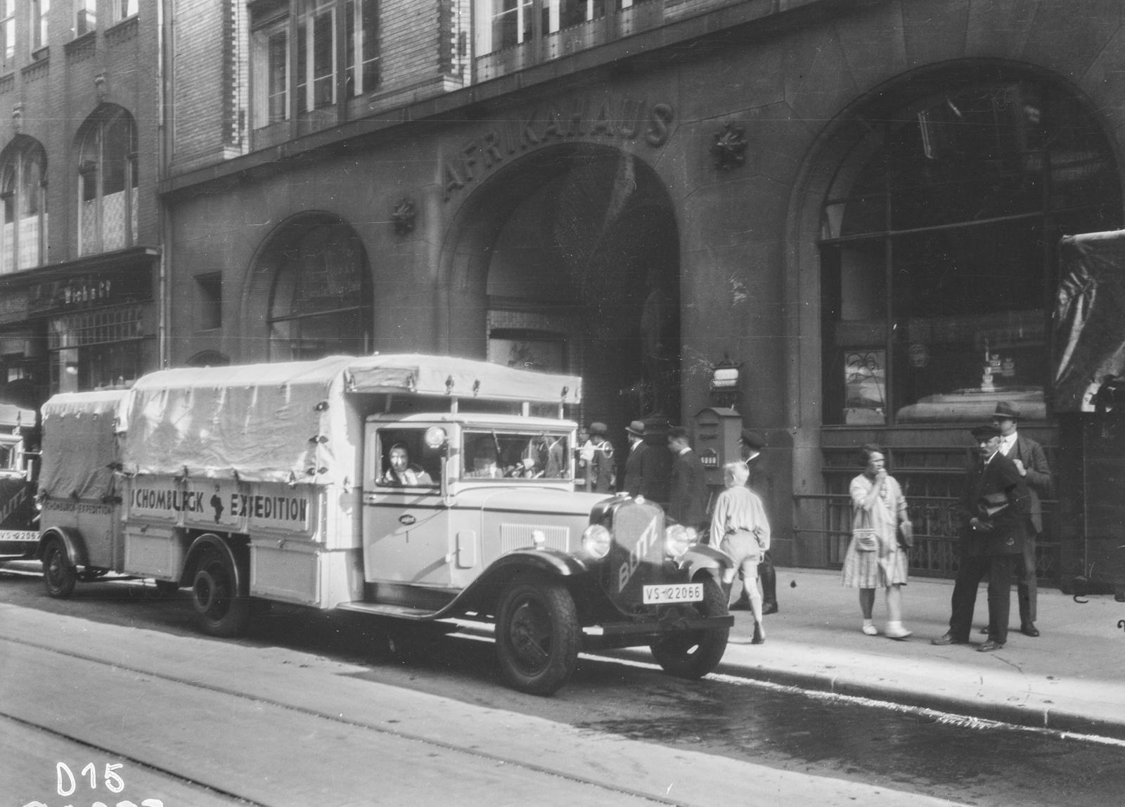 Гамбург. Выезд экспедиции (на фото грузовик марки Opel, серия Blitz)